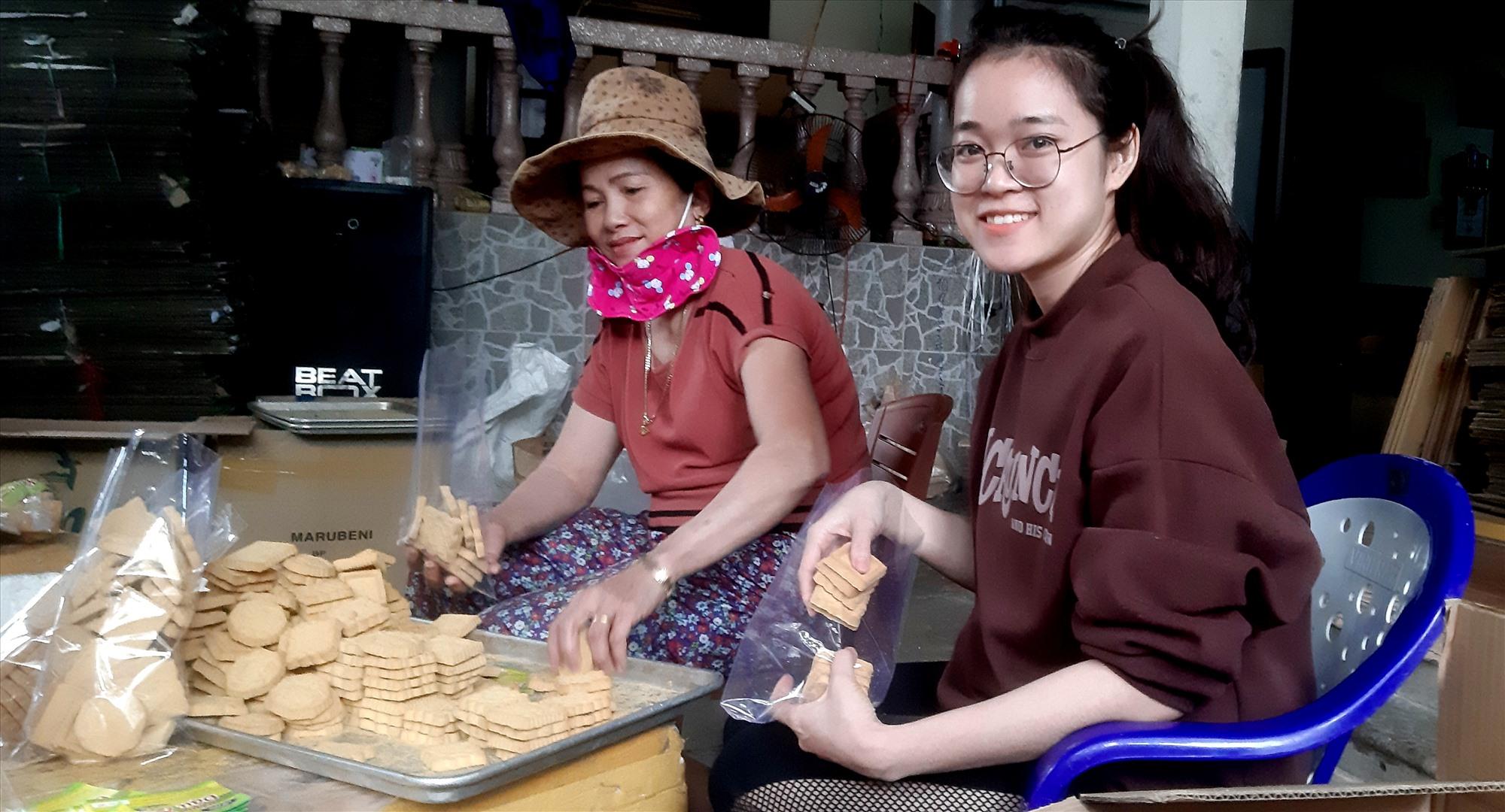 Những ngày cận tết, các cơ sở sản xuất bánh truyền thống ở làng An Lạc hoạt động hết công suất. Ảnh: T.P