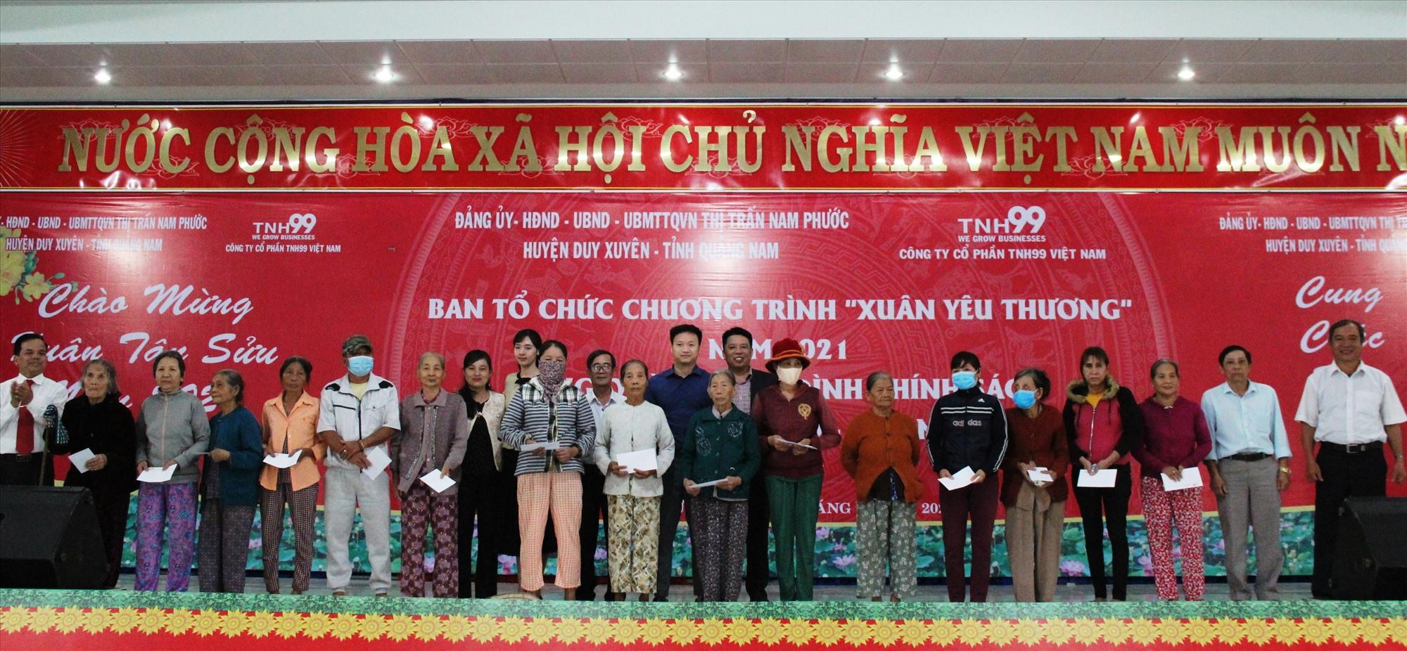 Lãnh đạo huyện Duy Xuyên tặng quà cho các gia đình có hoàn cảnh khó khăn nhân dịp xuân Tân Sửu 2021. Ảnh: T.S