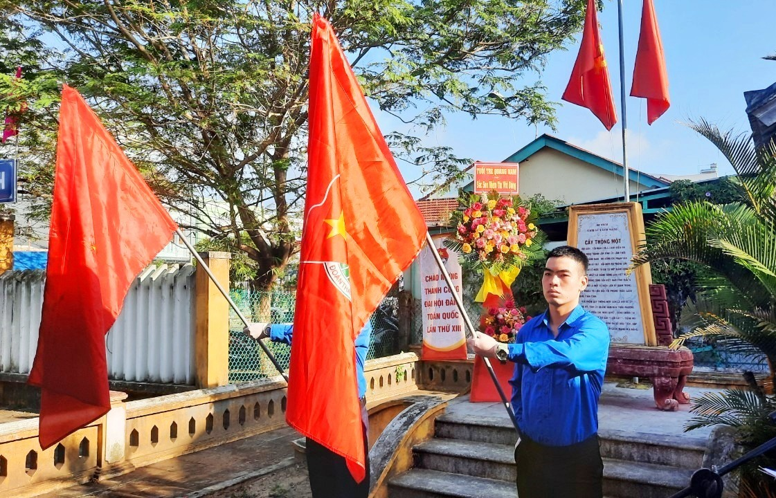 """Lễ chào cờ """"Vinh quang có Đảng"""" tại di tích Cây thông Một. Ảnh: THÁI CƯỜNG"""
