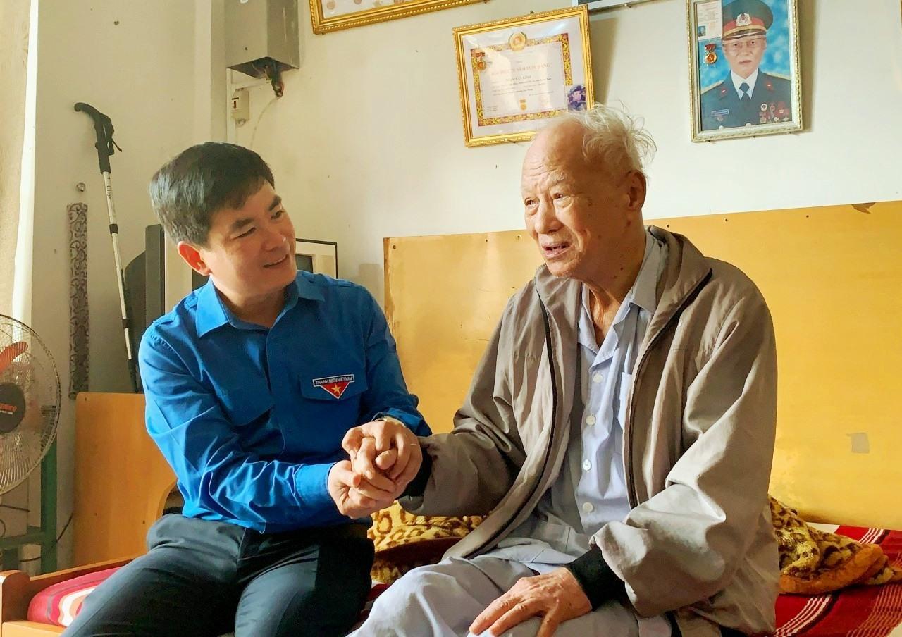 Đồng chí Lê Quang Quỳnh - Phó Bí thư Tỉnh đoàn đến thăm Đảng viên lớn tuổi trên địa bàn Thành phố Hội An. Ảnh: THÁI CƯỜNG