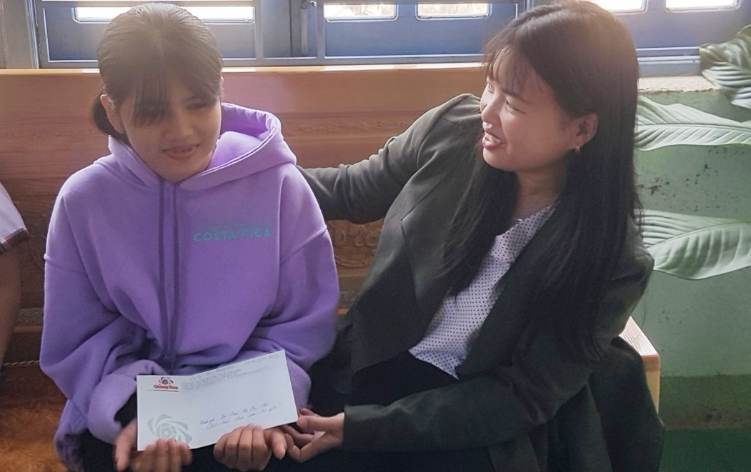 Chi đoàn Báo Quảng Nam thăm, tặng quà động viên học sinh được nhận đỡ đầu. Ảnh:D.L