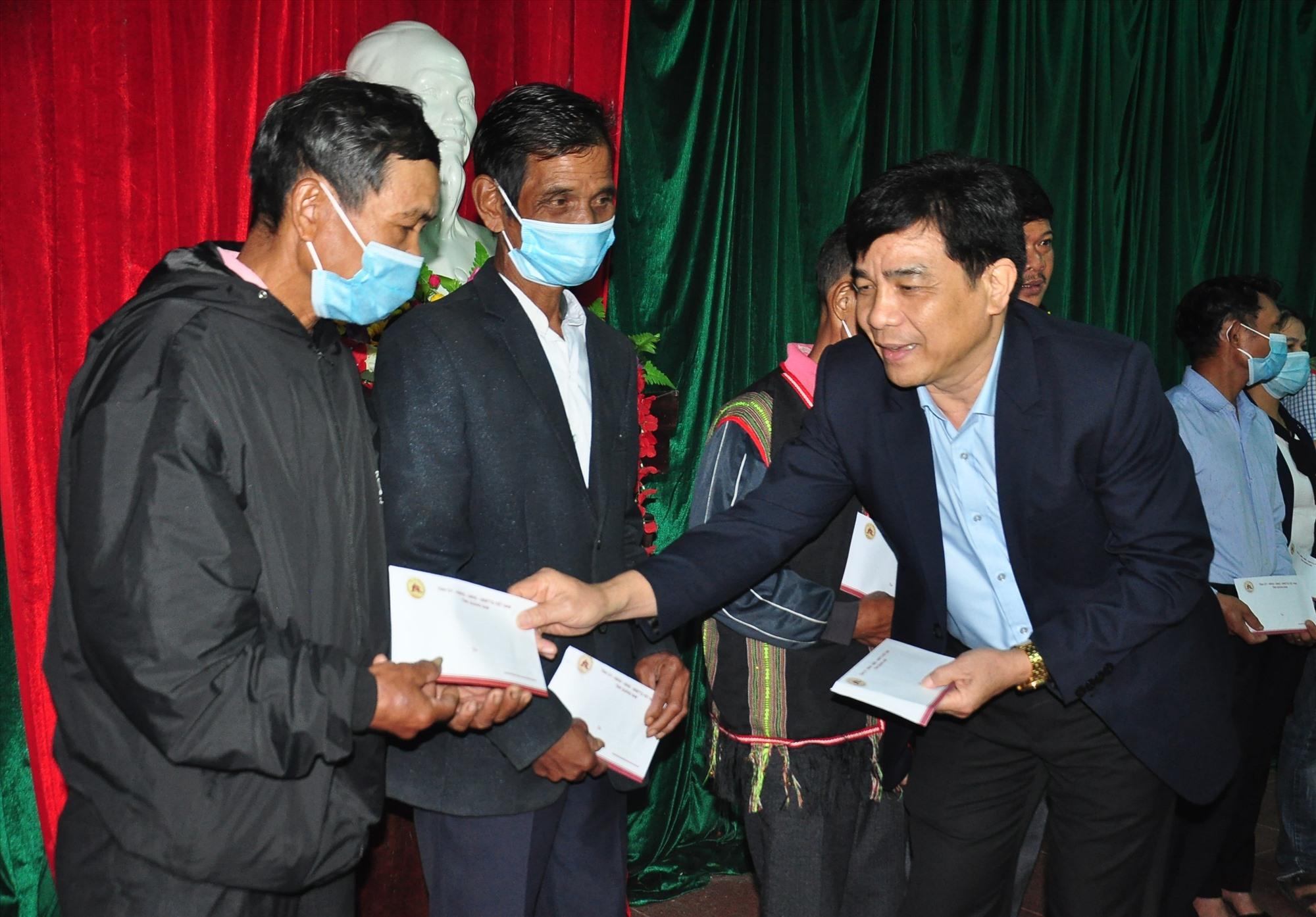 Phó Bí thư Thường trực Tỉnh ủy Lê Văn Dũng tặng quà tết cho đồng bào xã Tam Trà. Ảnh: V.A