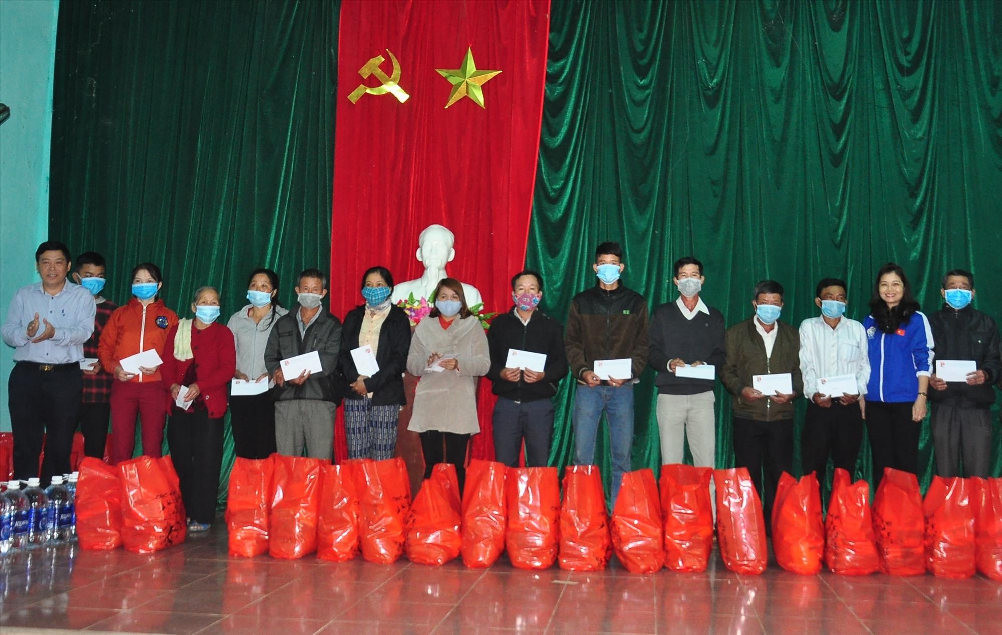 Bí thư Tỉnh đoàn Phạm Thị Thanh và lãnh đạo huyện Núi Thành tặng quà tết cho người dân xã Tam Sơn. Ảnh: V.A