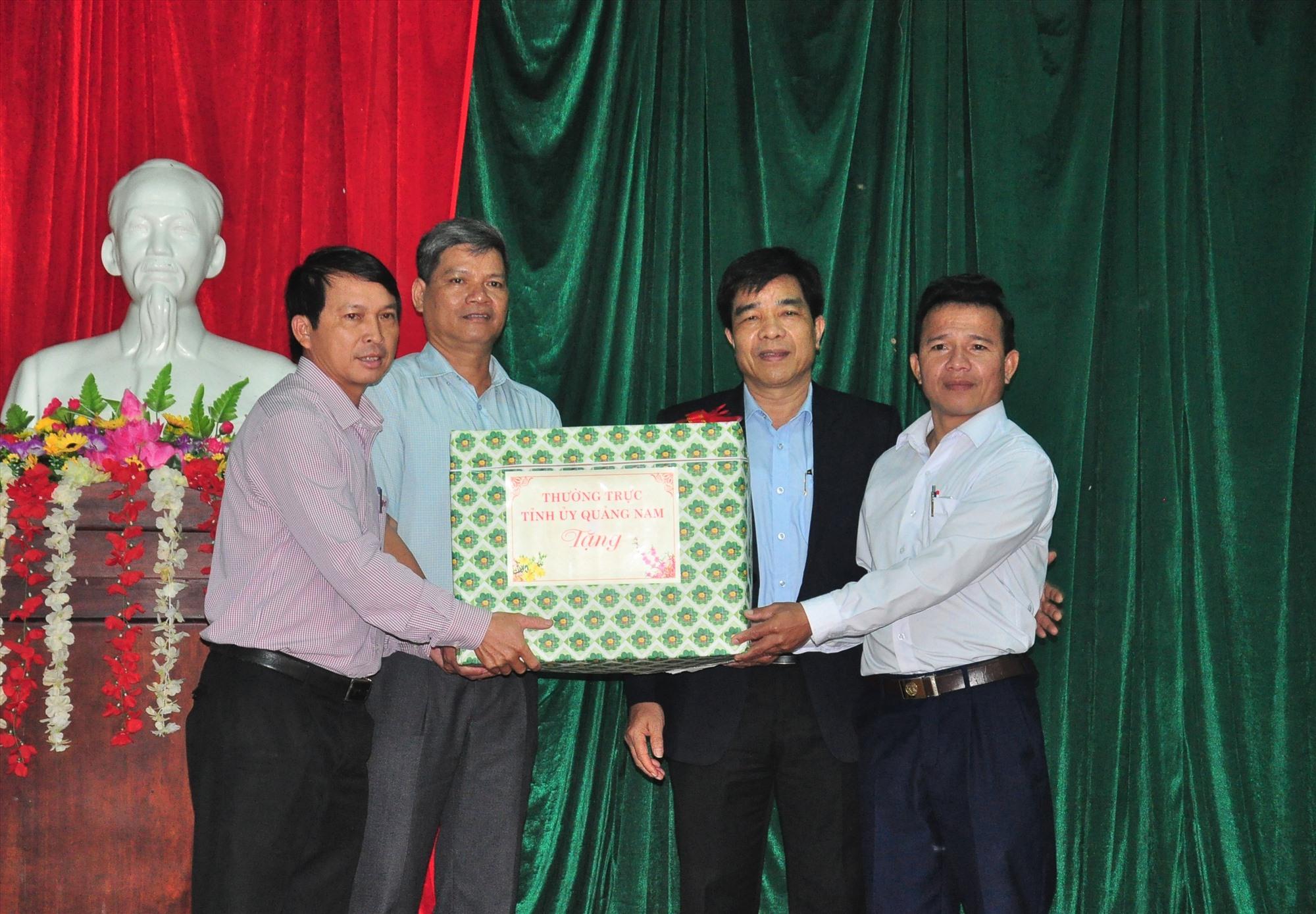 Phó Bí thư Thường trực Tỉnh ủy Lê Văn Dũng tặng quà tết cho Đảng, UBND xã Tam Trà. Ảnh: V.A