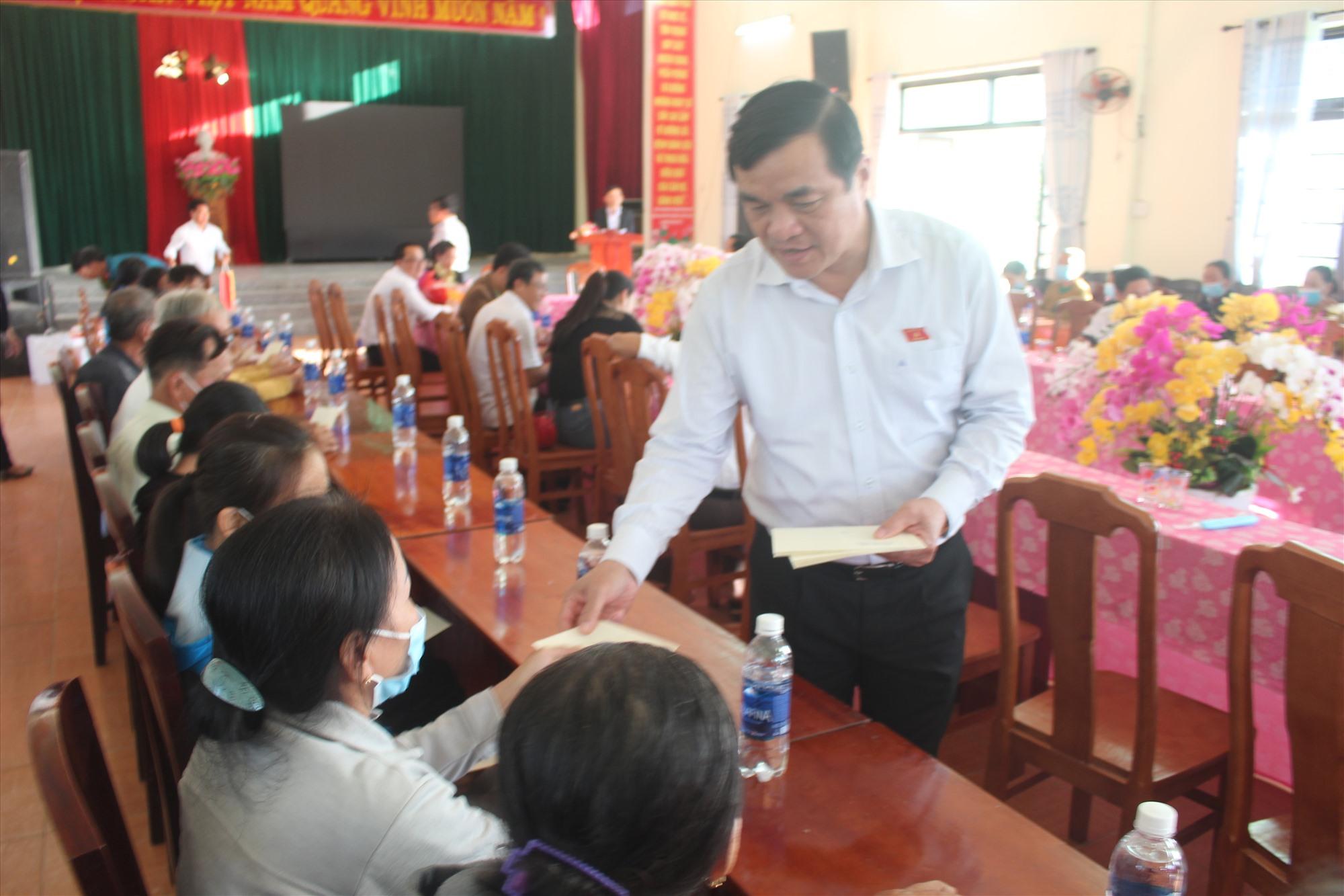 Bí thư Tỉnh ủy Phan Việt Cường trao tặng quà cho các gia đình chính sách tại xã Đại Thắng. Ảnh: NHAN DUY