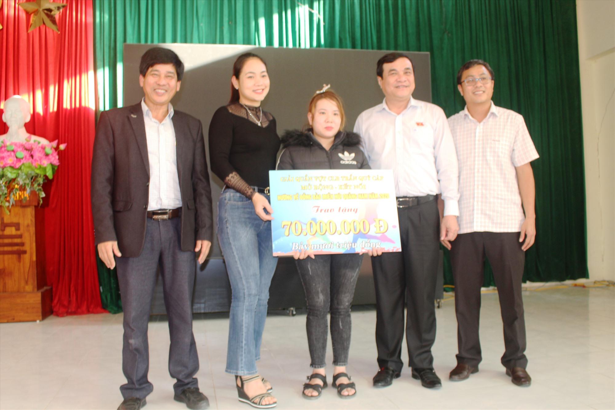 Bí thư Tỉnh ủy Phan Việt Cường trao tặng nhà tình nghĩa tại xã Đại Thắng. Ảnh: NHAN DUY