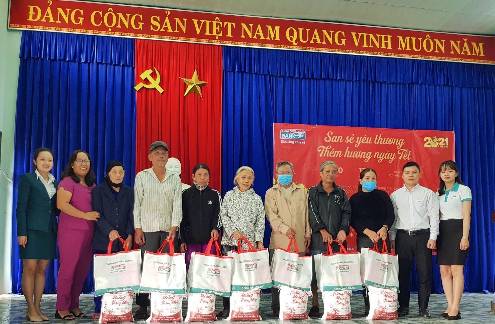 Ngân hàng Kiên Long chi nhánh Điện Bàn trao tặng quà cho các gia đình khó khăn tại xã Điện Minh và phường Vĩnh Điện.