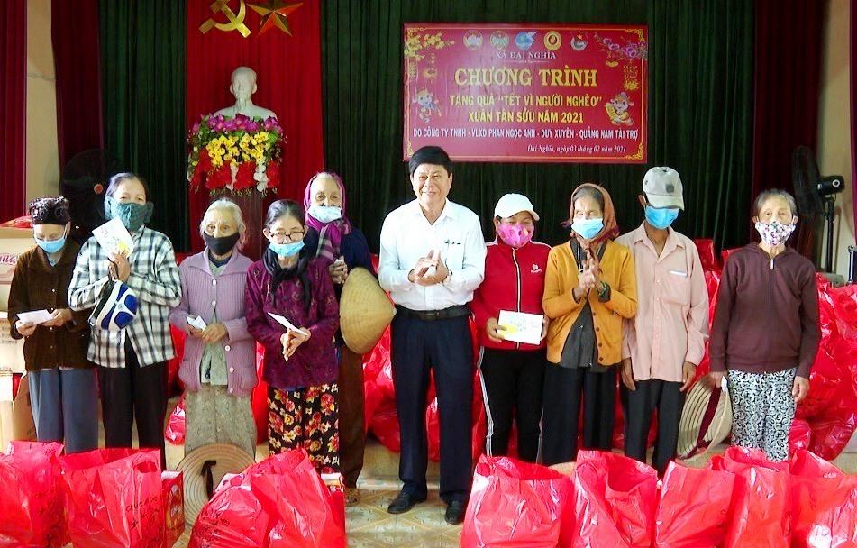 Đại diện Công ty VLXD Phan Ngọc Anh trao 350 suất quà tết cho người nghèo, gia đình chính sách xã Đại Nghĩa. Ảnh: NHAN SUNG