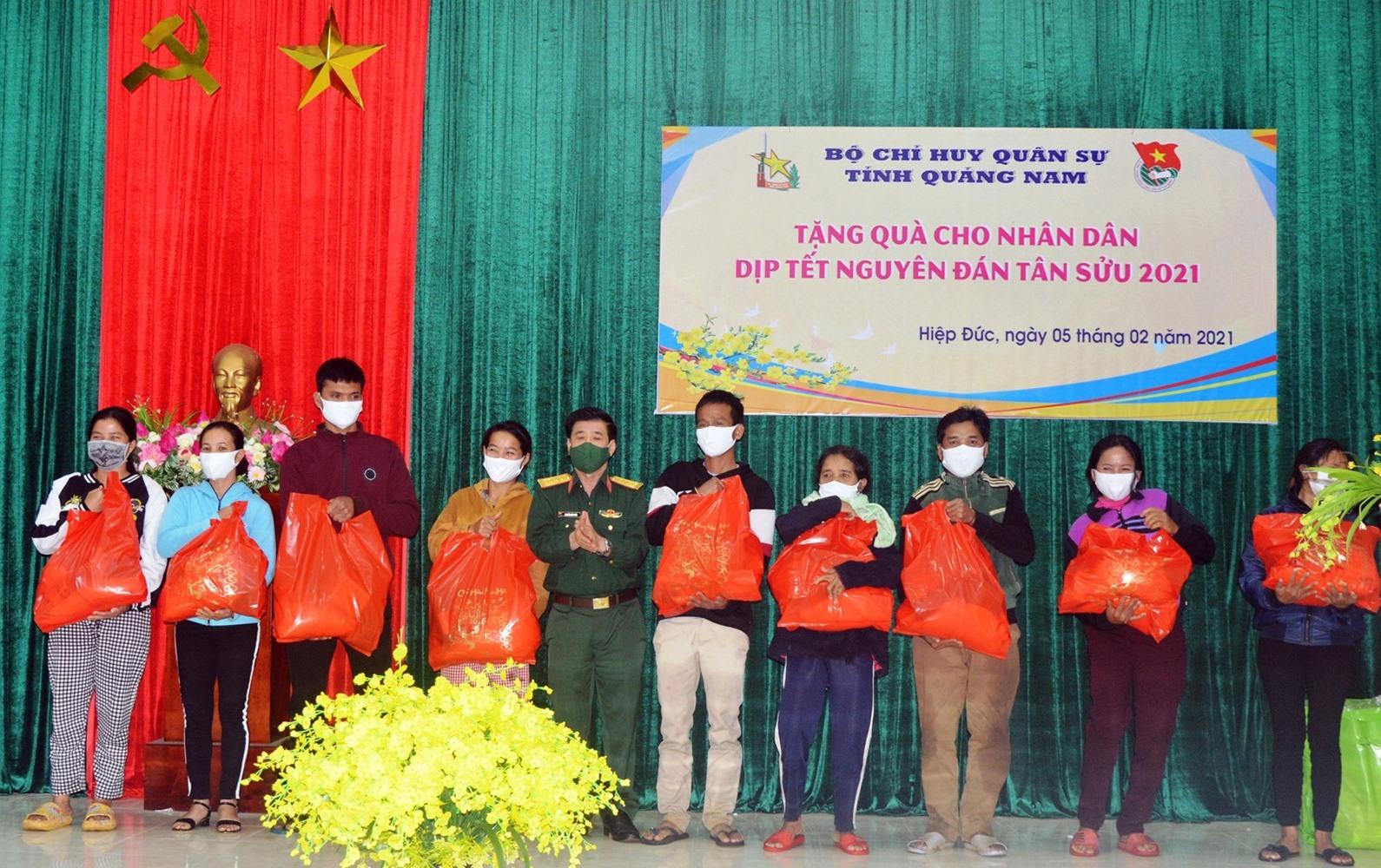 Đại tá Nguyễn Hữu Thức, Phó Chính ủy tặng quà tết cho nhân dân Hiệp Đức.