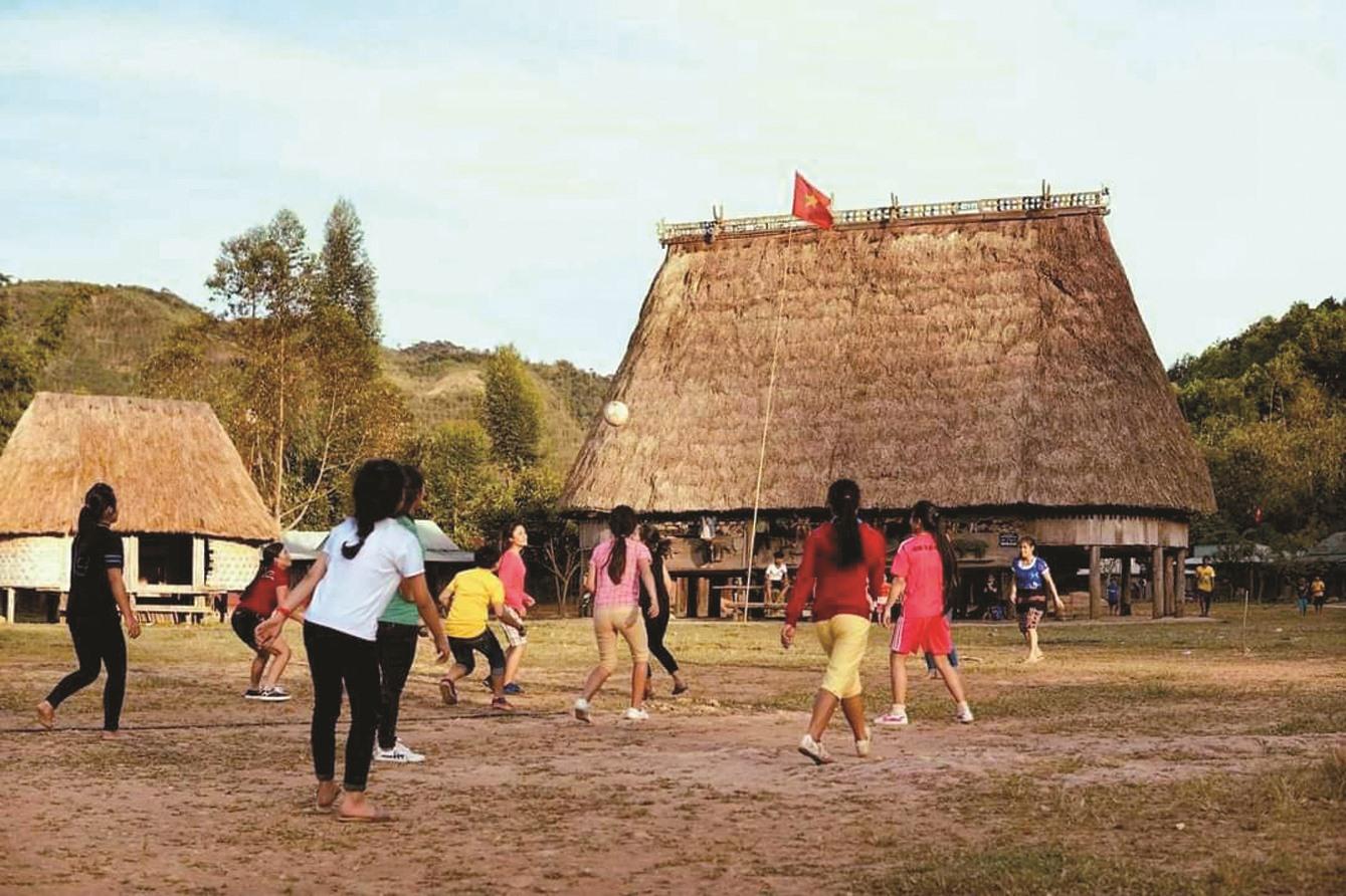 Những cô gái Cơ Tu chân trần ở làng Pưor'ning (xã Lăng, Tây Giang) tranh thủ cuối chiều tập luyện thể thao. Như mọi năm, tết là cơ hội để các cô gái trổ tài, vui cùng dân làng.
