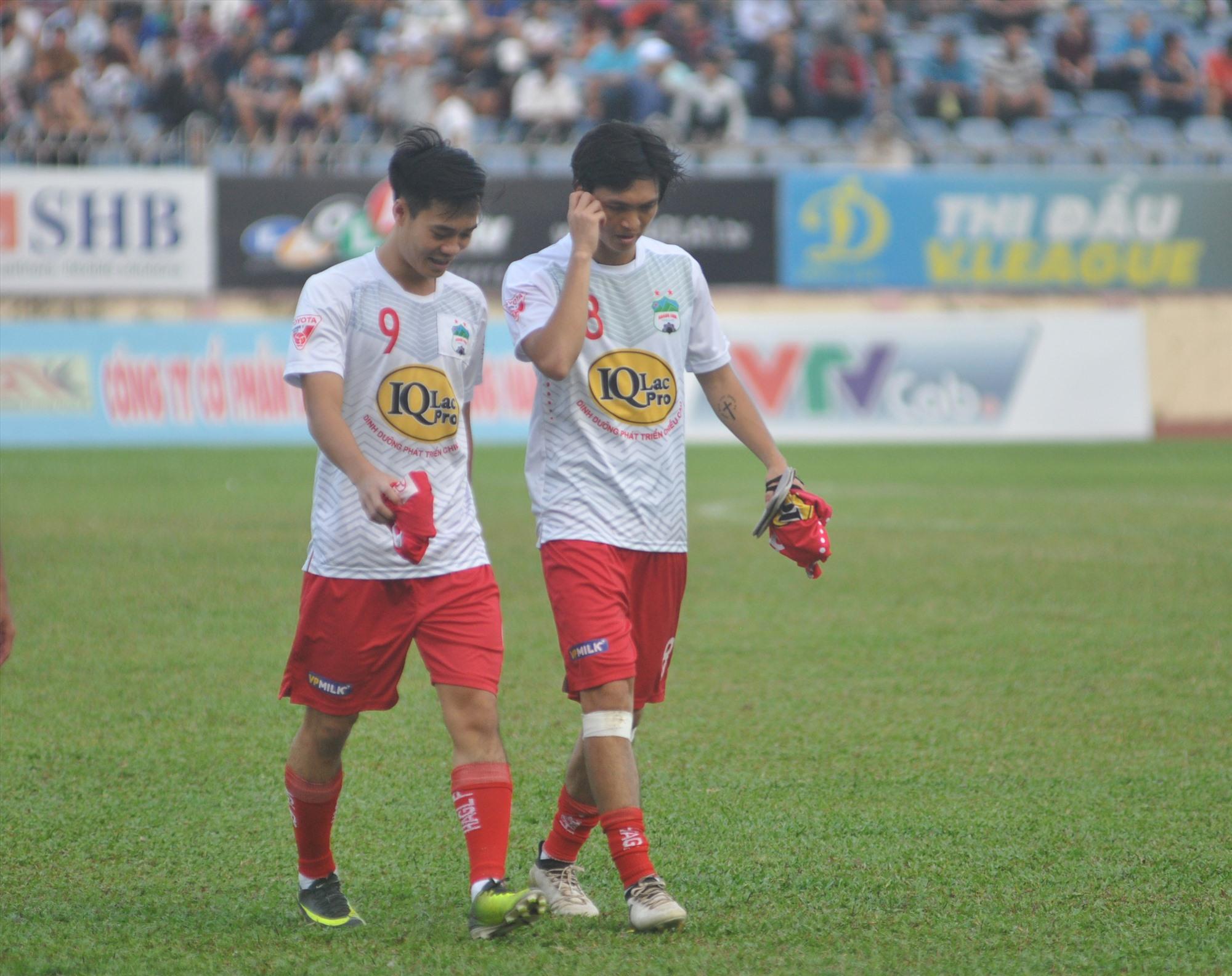 Cầu thủ Văn Toàn (bên trái) của Hoàng Anh Gia Lai rất khó khăn để đón tết năm nay khi quê hương Hải Dương của anh đang là tâm dịch. Ảnh: A.NHI