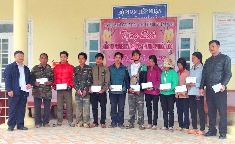 Công ty CP Thủy điện Đak Mi tặng quà cho người dân xã Phước Thành, Phước Lộc (huyện Phước Sơn). Ảnh: P.V