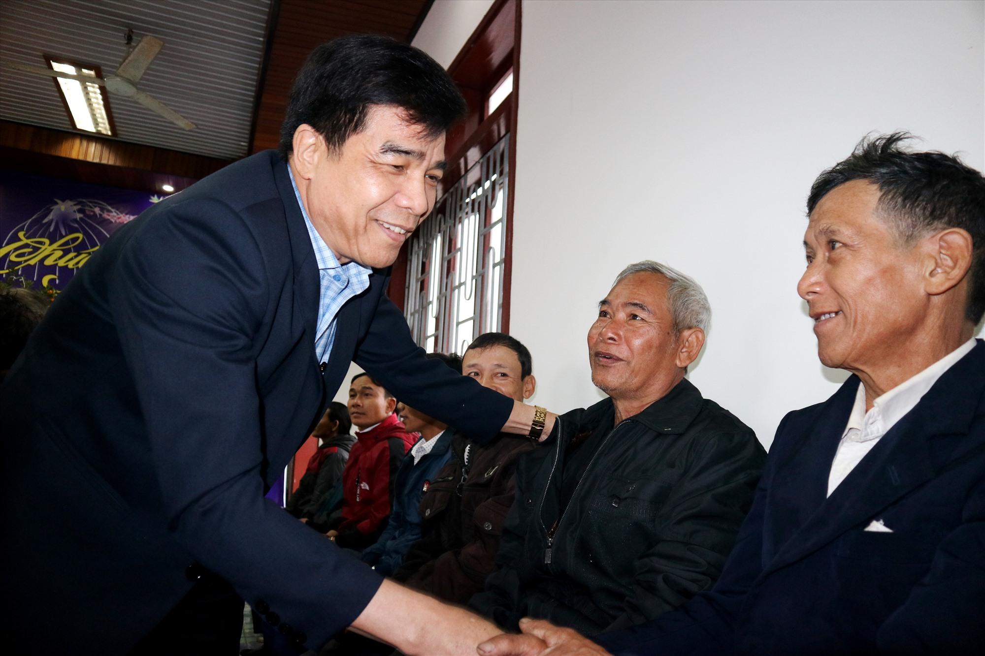 Phó Bí thư Tỉnh ủy Lê Văn Dũng thăm hỏi sức khỏe các già làng, người có uy tín huyện Bắc Trà My. Ảnh: A.N