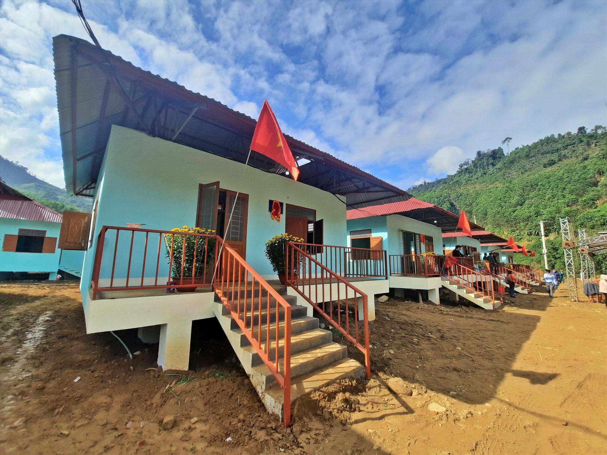 Những ngôi nhà mới được dựng lên tại thôn 2, xã Trà Dơn, sẽ giúp người dân Trà Leng an toàn, tái thiết đời sống. Ảnh: Đ.ĐẠO