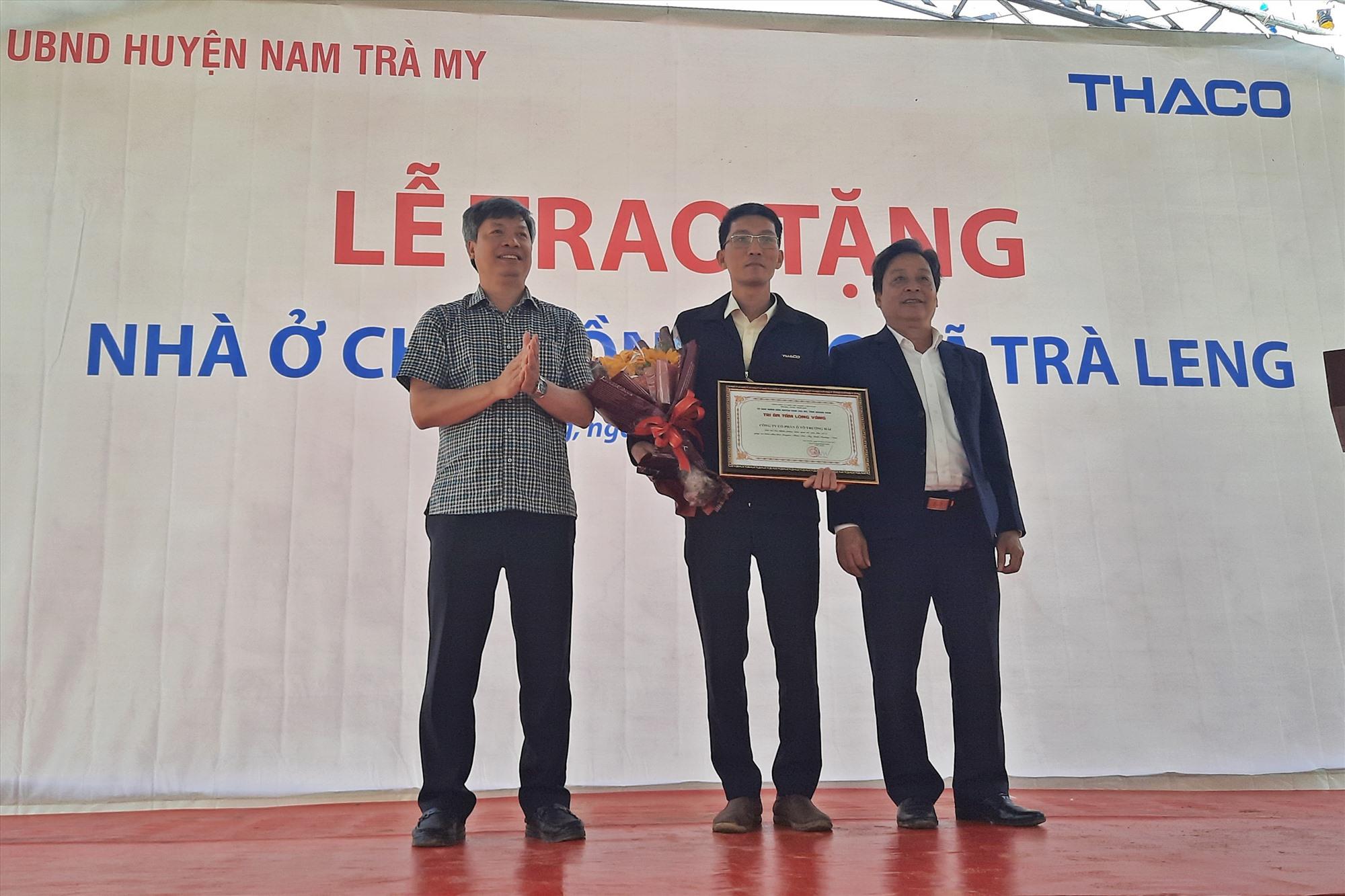 Phó Chủ tịch UBND tỉnh Hồ Quang Bửu tặng hoa, bảng tri ân tấm lòng vàng cho đại diện tập đoàn Thaco. Ảnh: Đ.ĐẠO