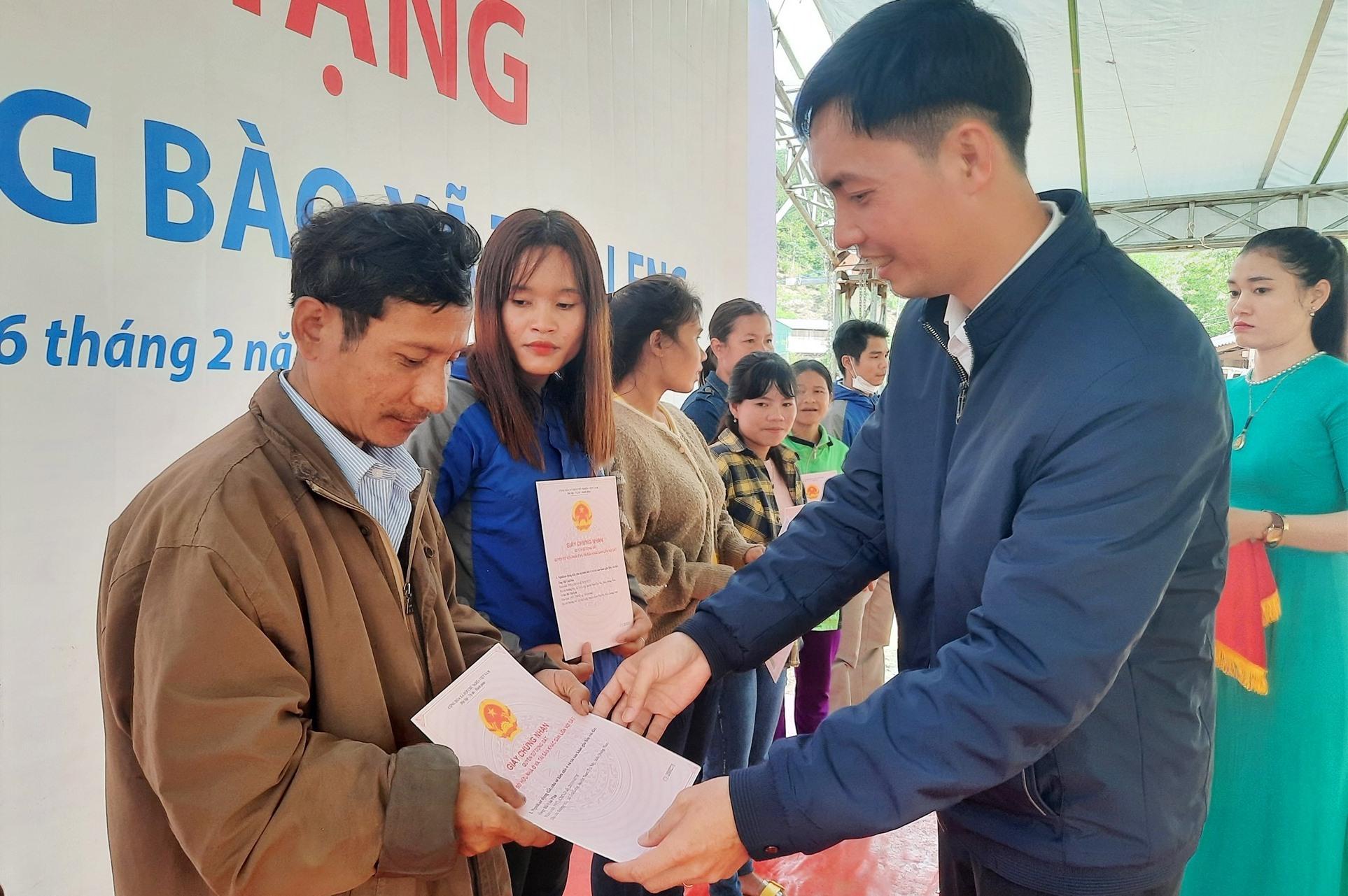 Trao giấy chứng nhận quyền sử dụng đất cho 30 hộ dân bị thiệt hại do sạt lở ở Trà Leng. Ảnh: Đ.ĐẠO
