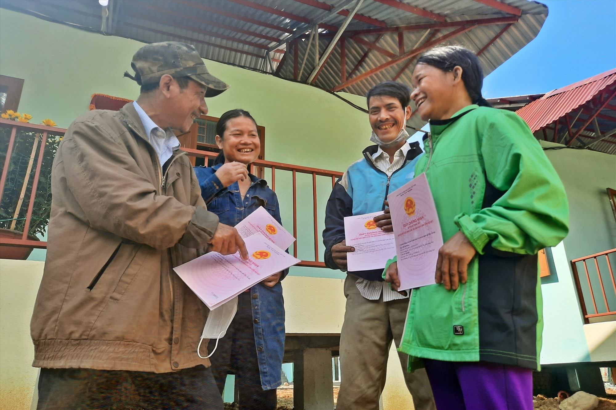 Ông Hồ Văn Quang (thứ 2 từ phải sang) cùng bà con vui mừng khi được có nhà mới. Ảnh: Đ.ĐẠO