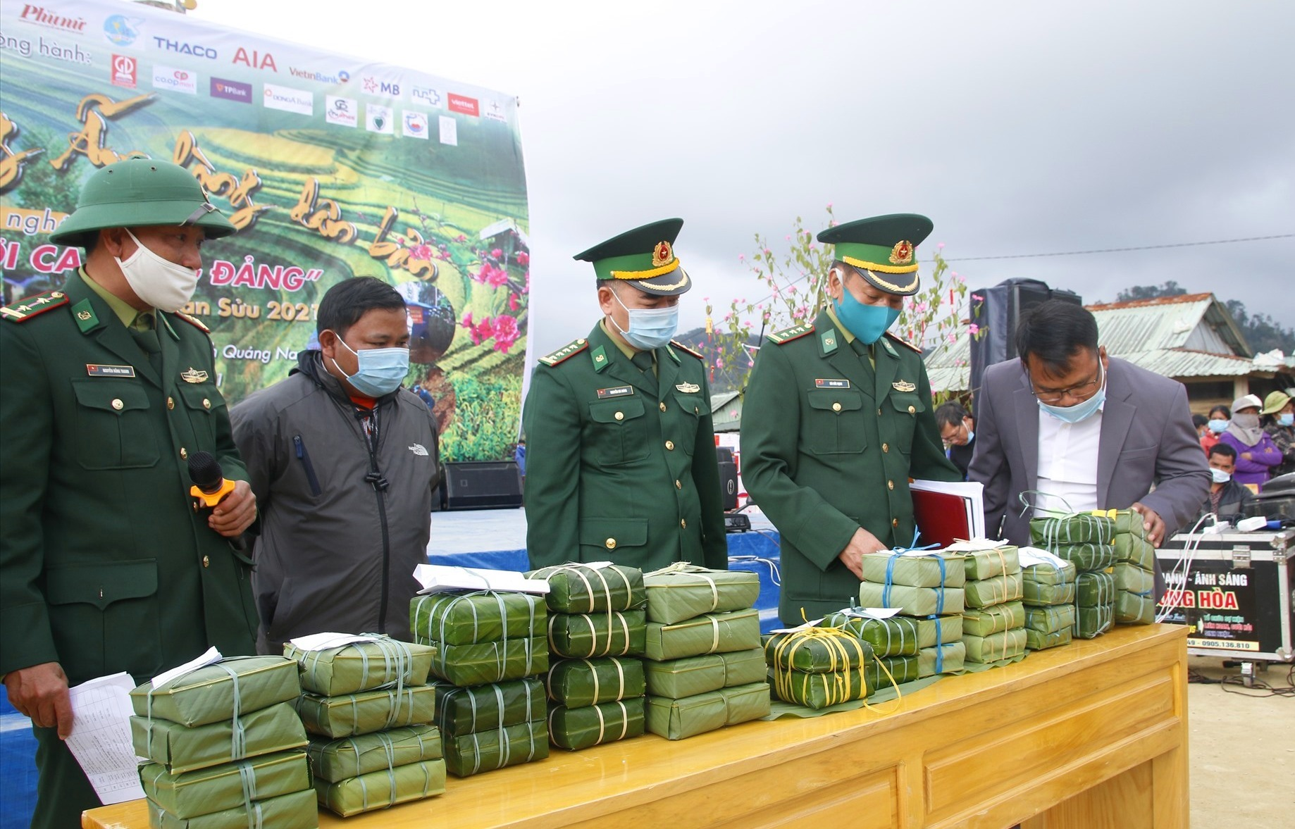 Hơn 300 cặp bánh chưng được trao tặng cho các gia đình khó khăn. Ảnh: ANH CHÍN