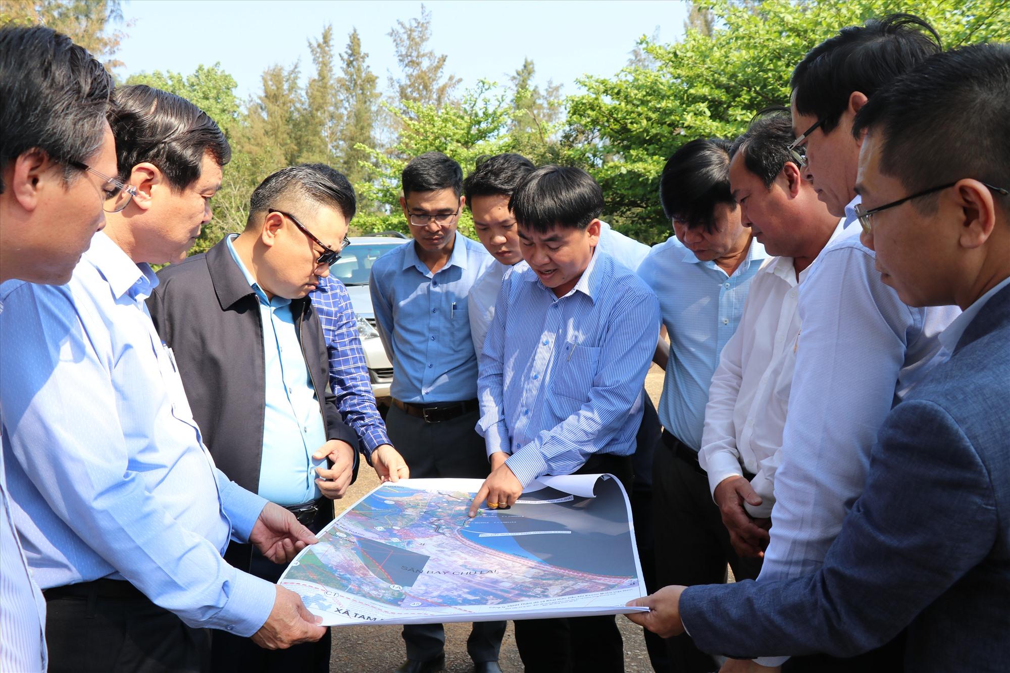 Đại diện Tập đoàn Dầu khí quốc gia Việt Nam và lãnh đạo tỉnh khảo sát khu vực dự kiến đầu tư dự án điện khí. Ảnh: T.Dũng