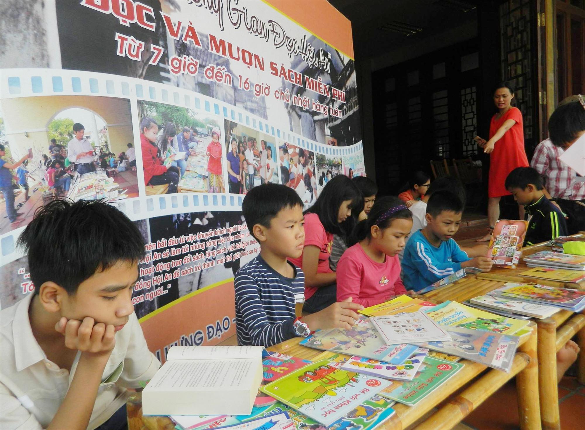 Trẻ em đọc sách ở Không gian đọc Hội An. Ảnh: KGĐ