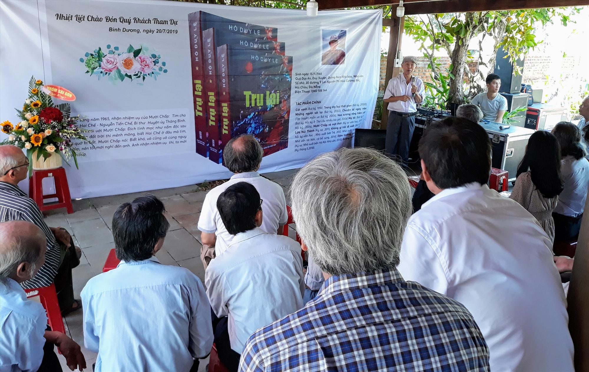 """Nhà văn Hồ Duy Lệ tổ chức ra mắt tập ký sử """"Trụ lại"""" tại một xã vùng đông Thăng Bình - một trong những nơi ông đến lấy tư liệu và """"ôn luyện"""" tiếng Quảng. Ảnh: P.C.A"""