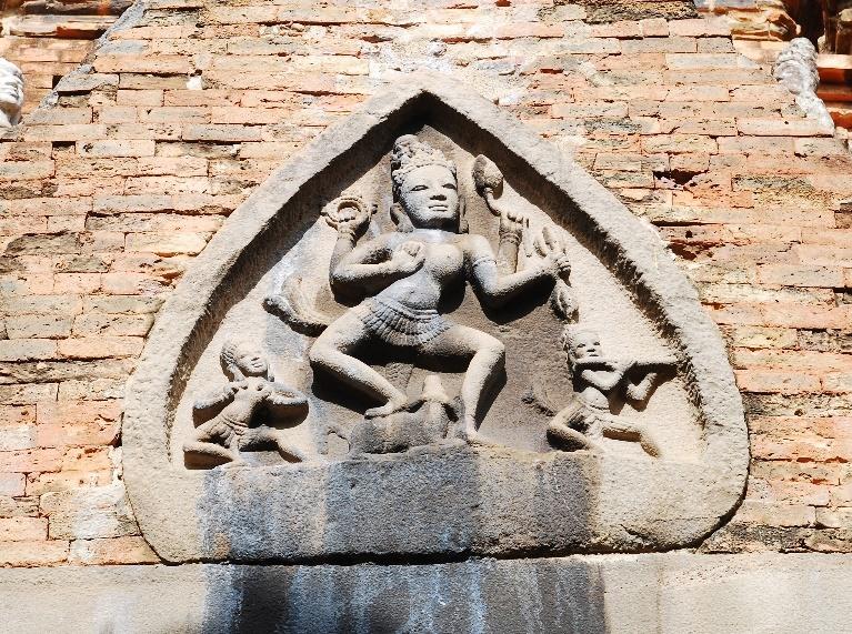 Nữ thần Durga-Mahisasura chạm trên mi cửa ngôi đền chính Pô Nagar Nha Trang - thế kỷ 11. Ảnh: Trần Kỳ Phương
