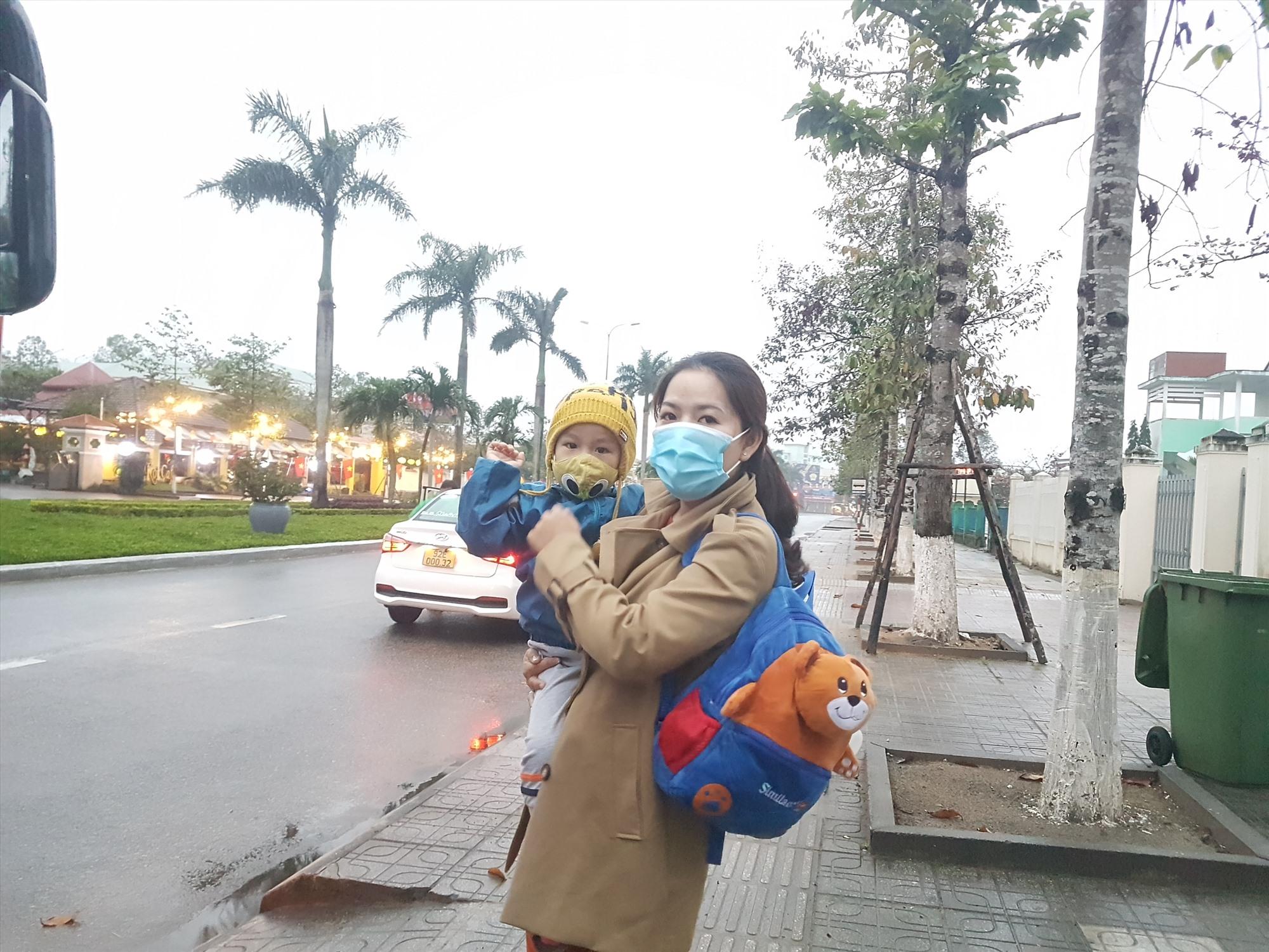 Mẹ con cùng về quê đón Tết với ông bà. Ảnh: D.L