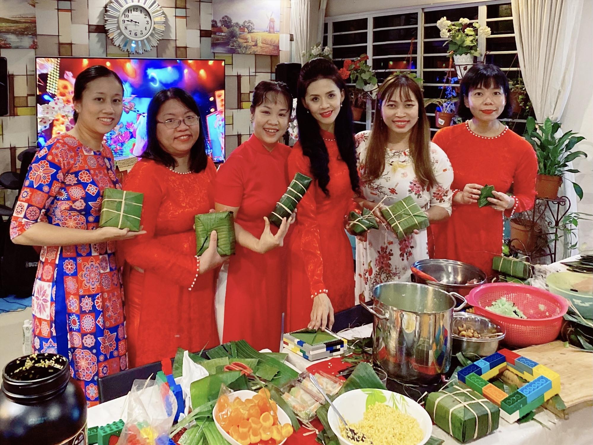 Tác giả cùng bạn bè đón Tết xa nhà - giữ gìn và phát huy truyền thống Việt.