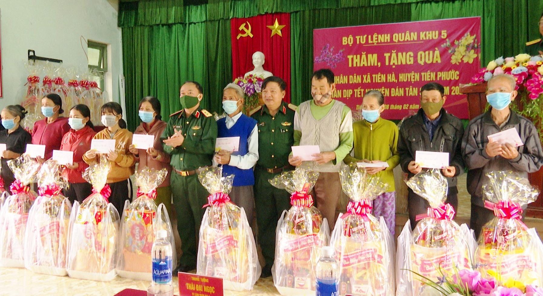 Bộ Tư lệnh Quân khu 5 tặng quà cho các gia đình chính sách trên địa bàn xã Tiên Hà.