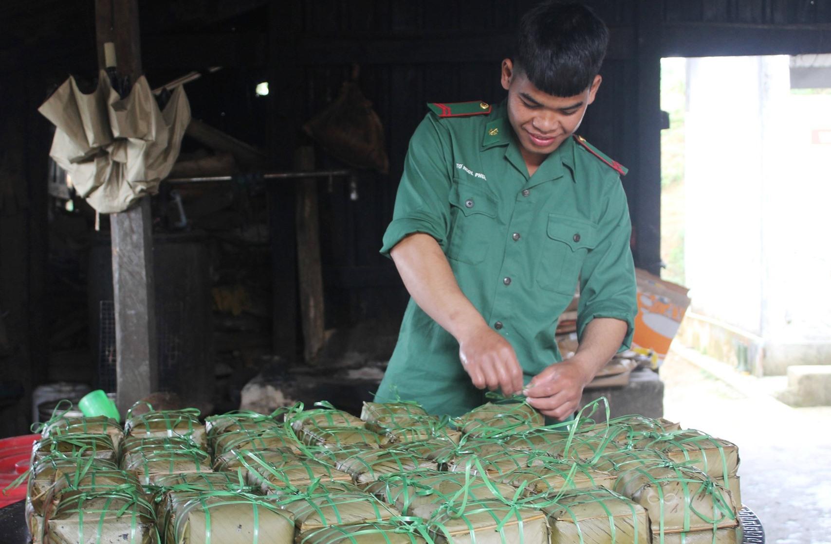 Những chiếc bánh chưng do các chiến sĩ tự làm phục vụ tết. Binh nhì Tangôn Phước, vớt và sắp xếp bánh lại để gửi vào các chiến sĩ ở các Chốt chặn chống dịch covid-19.