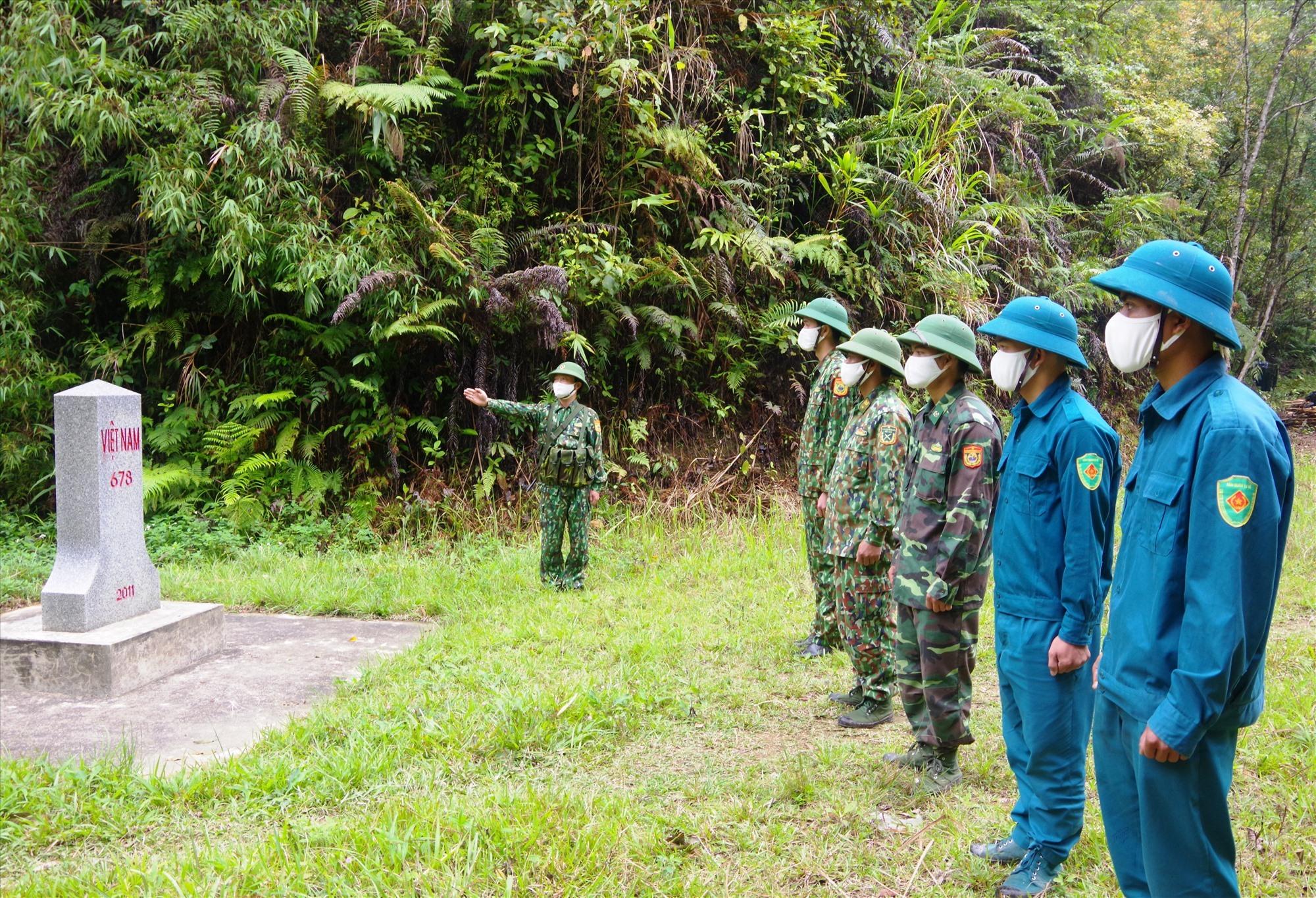 Cán bộ, chiến sĩ và dân quân địa phương tuần tra bảo vệ biên giới. Ảnh: Đ.H