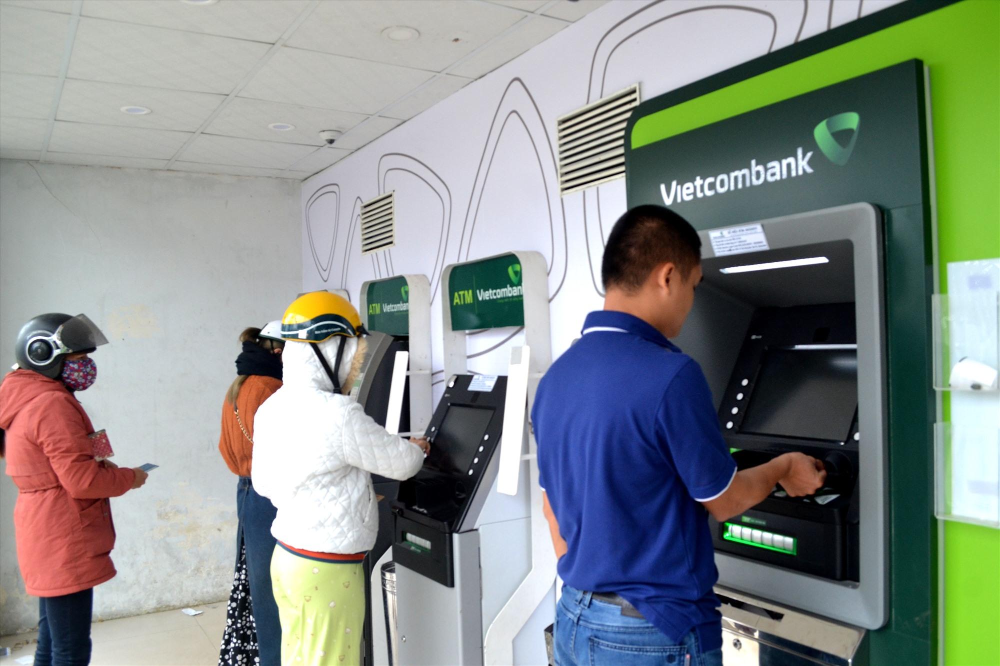Hiện nay, nhu cầu rút tiền mặt ở ATM của người dân là rất cao. Ảnh: VIỆT NGUYỄN