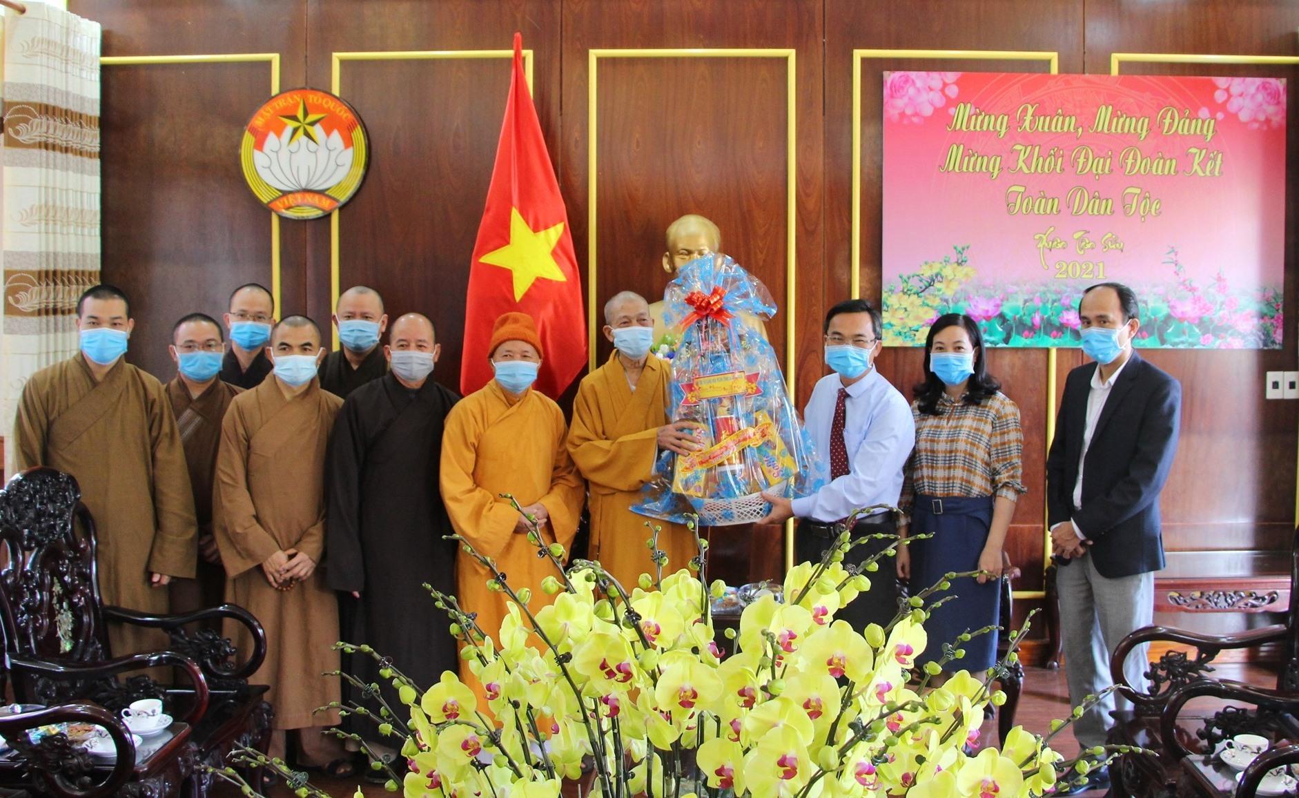 Ban Trị sự giáo hội Phật giáo Việt Nam tỉnh tặng quà chúc Tết Ủy ban MTTQ Việt Nam tỉnh. Ảnh: Mặt trận