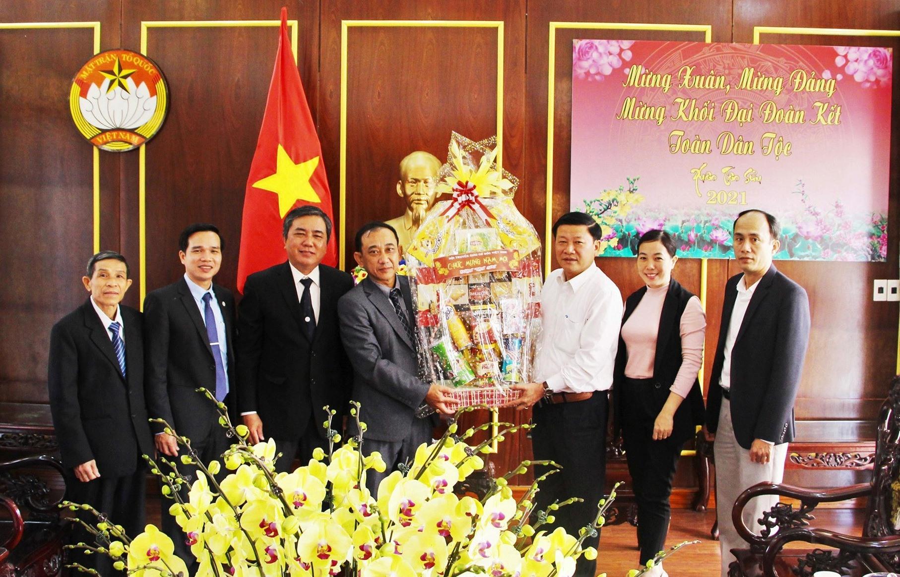 Ban Trị sự Tổng hội Cơ đốc Việt Nam tặng quà chúc Tết Ủy ban MTTQ Việt Nam tỉnh. Ảnh: Mặt trận