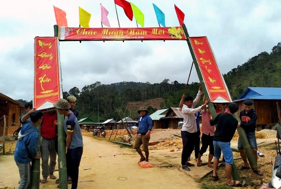 Đồng bào Cơ Tu ở thôn Abaanh (xã Tr'hy, Tây Giang) cùng nhau dựng cổng chào đón năm mới. Ảnh: Đ.N