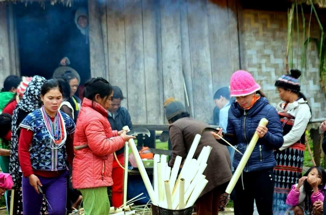 """Hội """"tất niên chung"""" của làng vùng cao, luôn đủ đầy các món ăn truyền thống, từ cơm lam, bánh sừng trâu, cho đến thịt xông khói, được chuẩn bị từ đóng góp của cộng đồng. Ảnh: Đ.N"""