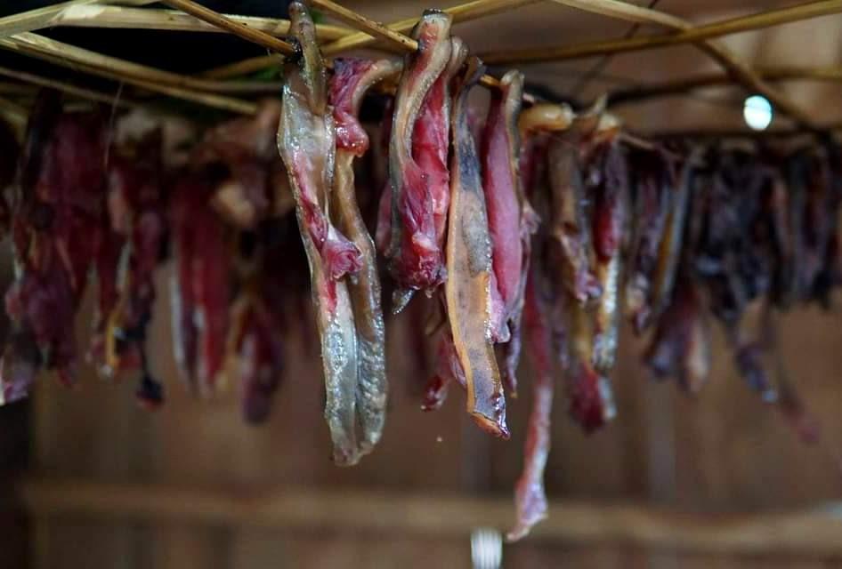 Những thăm thịt xông khói đã được chuẩn bị sẵn, đồng bào vùng cao vui tết bằng ẩm thực truyền thống, chờ đón khách. Ảnh: Đ.N