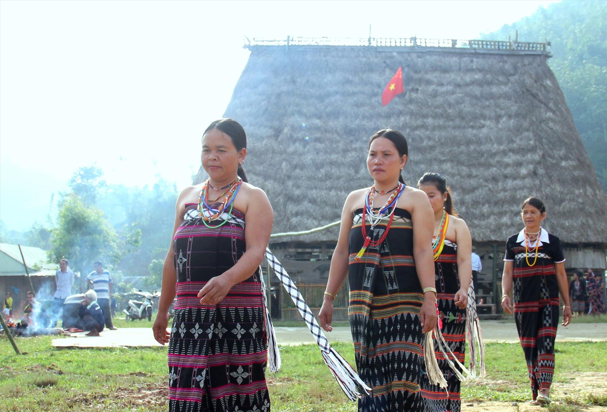 """Phụ nữ Cơ Tu xúng xính trong bộ sắc phục truyền thống, tìm đến hội làng """"tất niên chung"""" vui tết. Ảnh: Đ.N"""