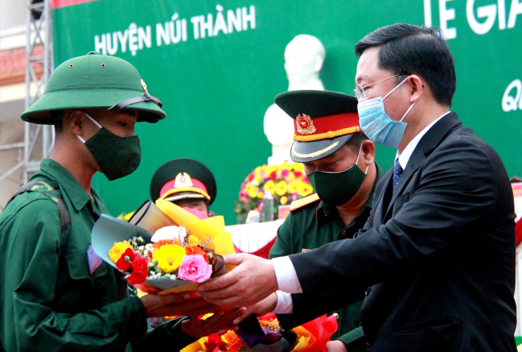 Chủ tịch UBND tỉnh Lê Trí Thanh tặng hoa động viên các chiến sĩ huuyện Núi Thành. Ảnh: ALĂNG NGƯỚC