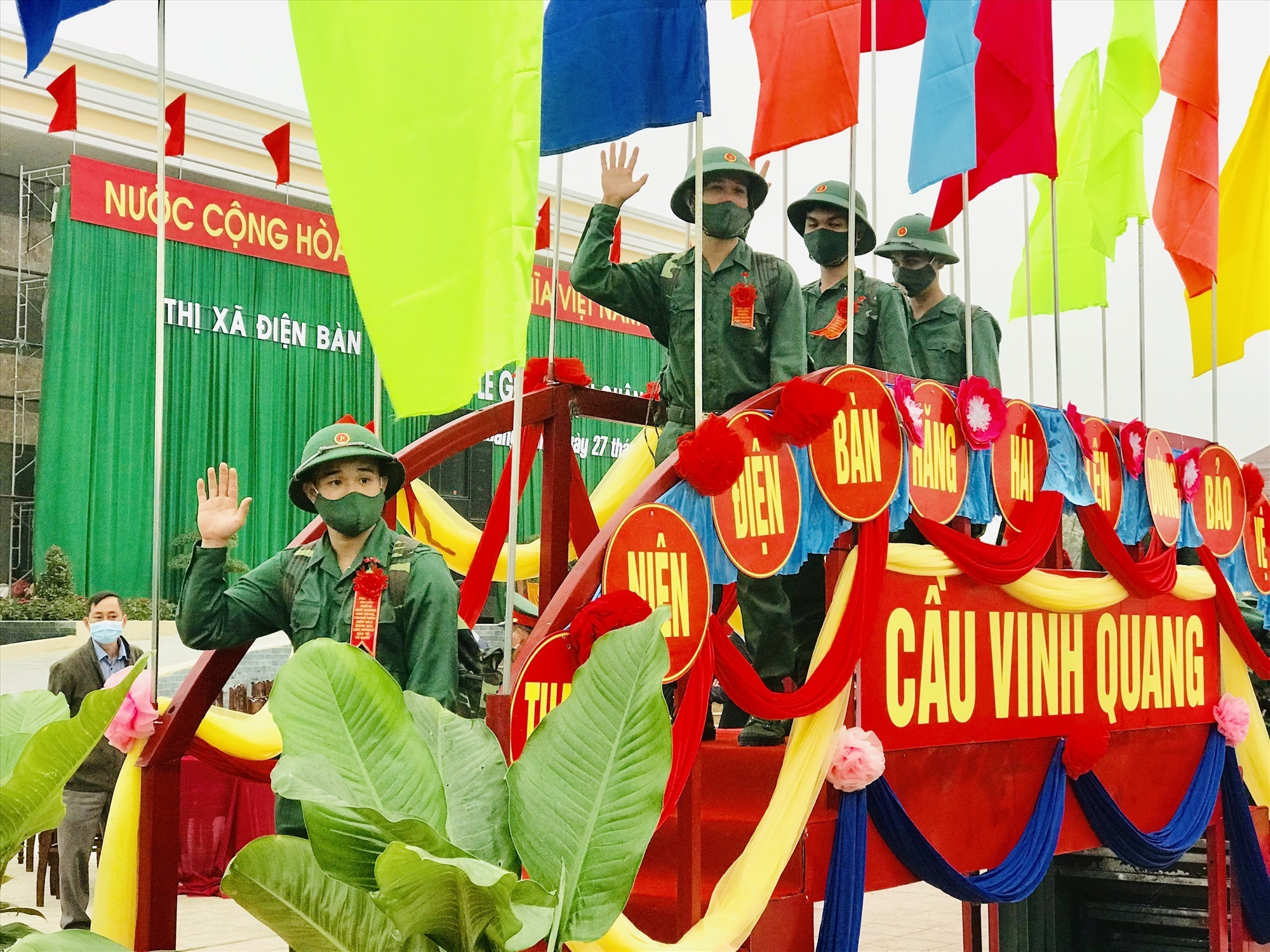 Tân binh thị xã Điện Bàn bước qua cầu vinh quang lên đường nhập ngũ. Ảnh: QUỐC TUẤN