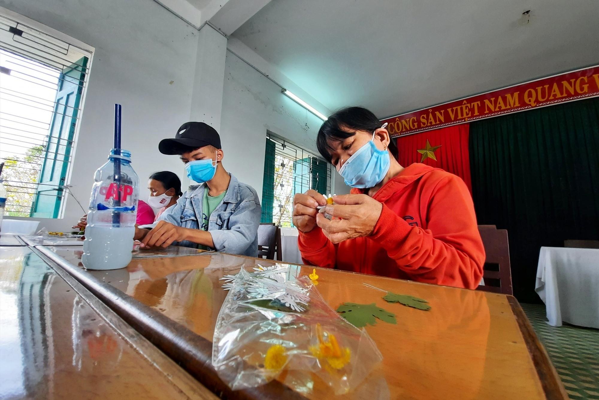 Lớp học là cơ hội để thanh thiếu niên khuyết tật trên địa bàn Thăng Bình có một công việc phù hợp. Ảnh: HỒ QUÂN