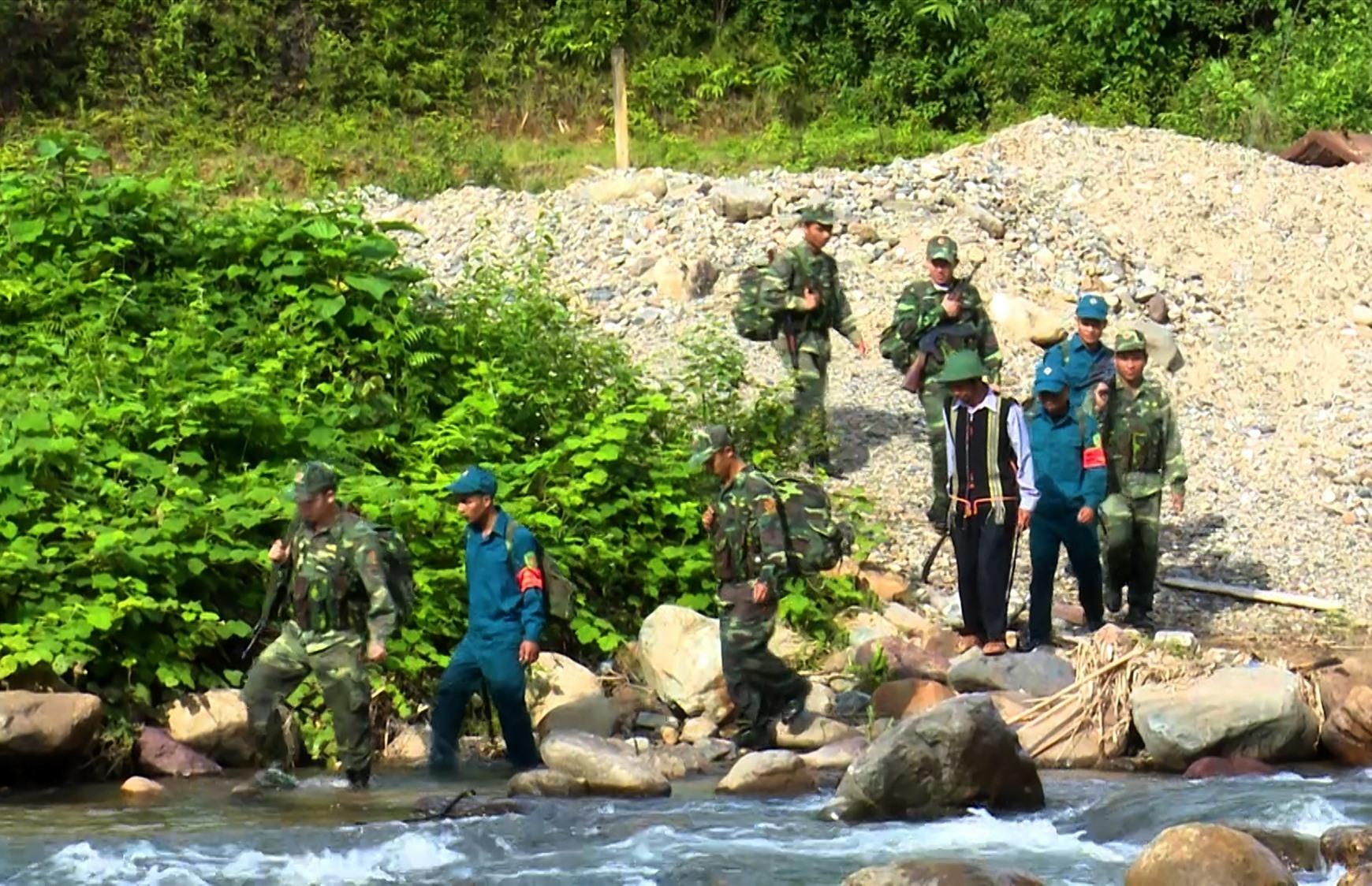 Cán bộ chiến sĩ ĐBPCK Nam Giang cùng lực lượng dân quân và người dân địa phương thường xuyên thực hiện công tác tuần tra biên giới, đảm bảo chủ quyền lãnh thổ quốc gia. Ảnh: Q.Đ