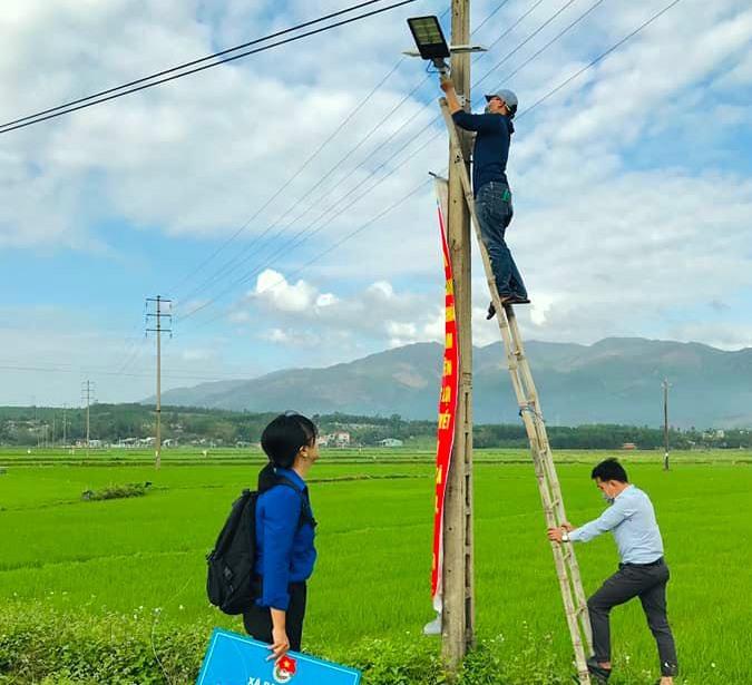 oàn xã Đại Nghĩa thực hiện công trình thắp sáng đường quê trong Tháng thanh niên. Ảnh: M.N