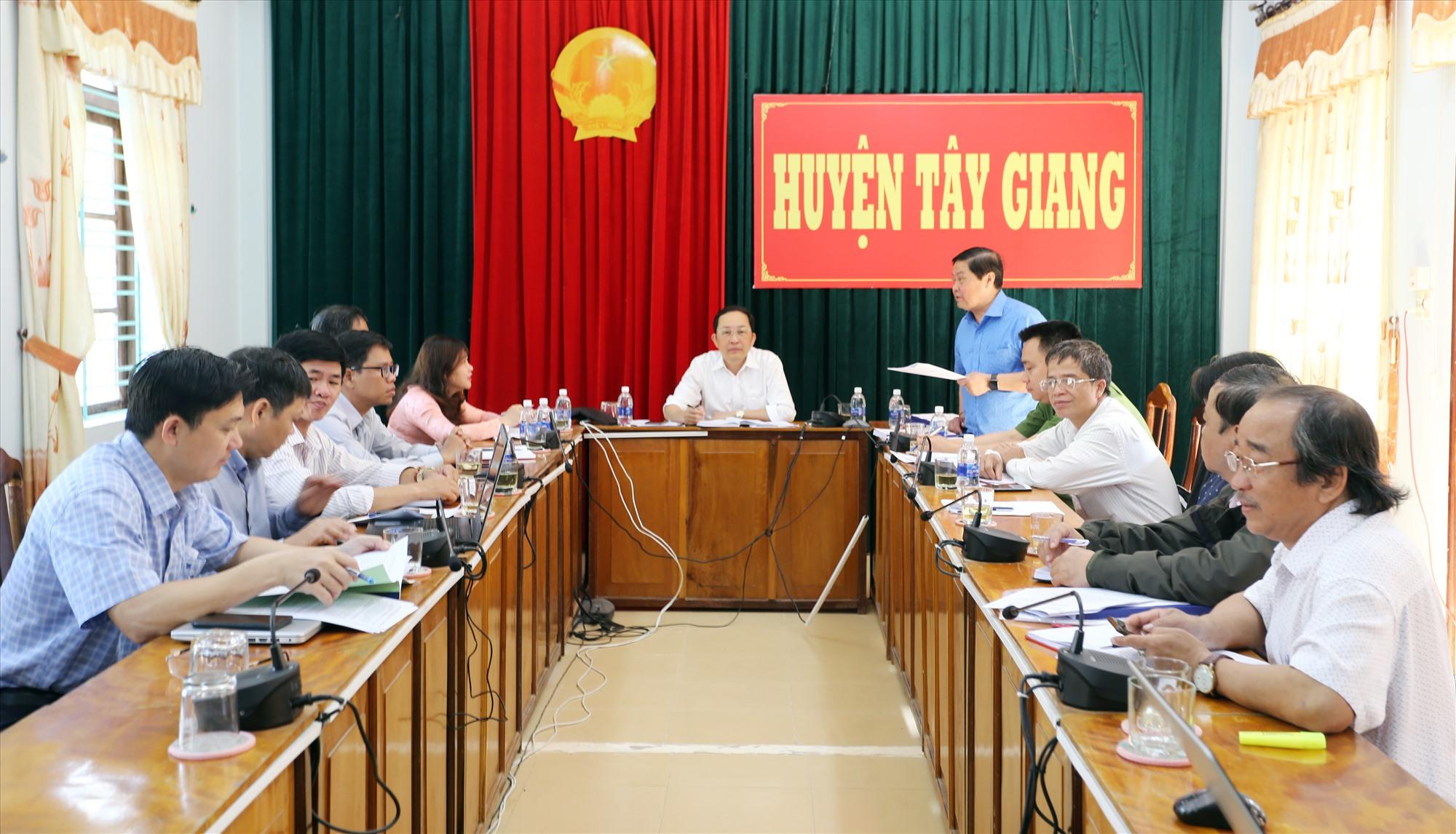 Ủy ban bầu cử huyện Tây Giang họp nghe báo cáo tình hình triển khai công tác bầu cử, thông qua nghị quyết ấn định số đơn vị, danh sách bầu cử và số lượng đại biểu được bầu. Ảnh: T.C