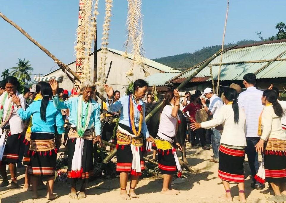 Những người phụ nữ Ca Dong biểu diễn điệu múa xòe trong lễ hội đâm trâu được tổ chức vào đầu năm Tân Sửu tại xã Phước Gia (Hiệp Đức). Ảnh: PHÚC NHUNG