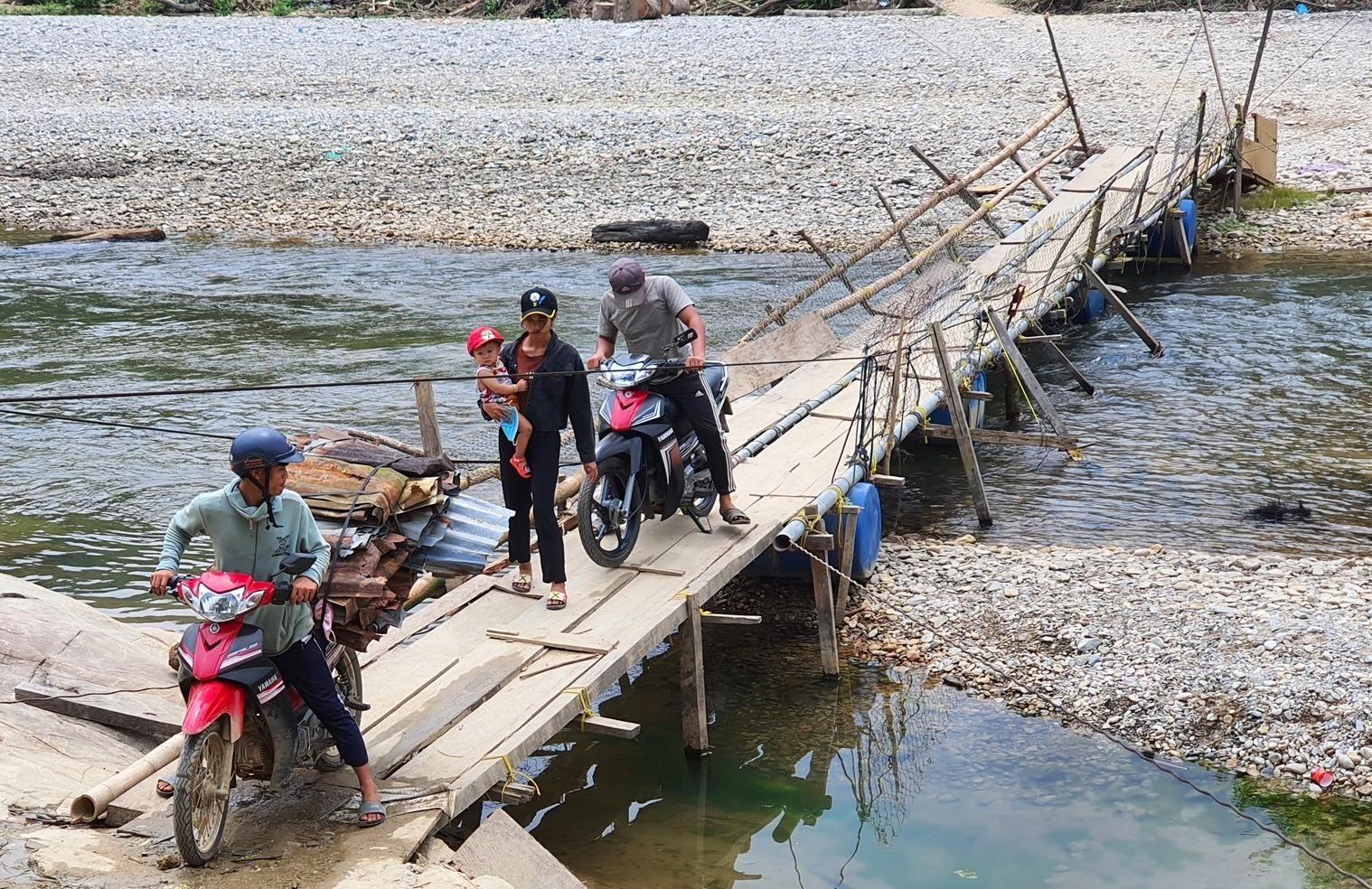 Cầu tạm bắt qua sông Bui do người dân làm để vượt sông. Ảnh: B.A