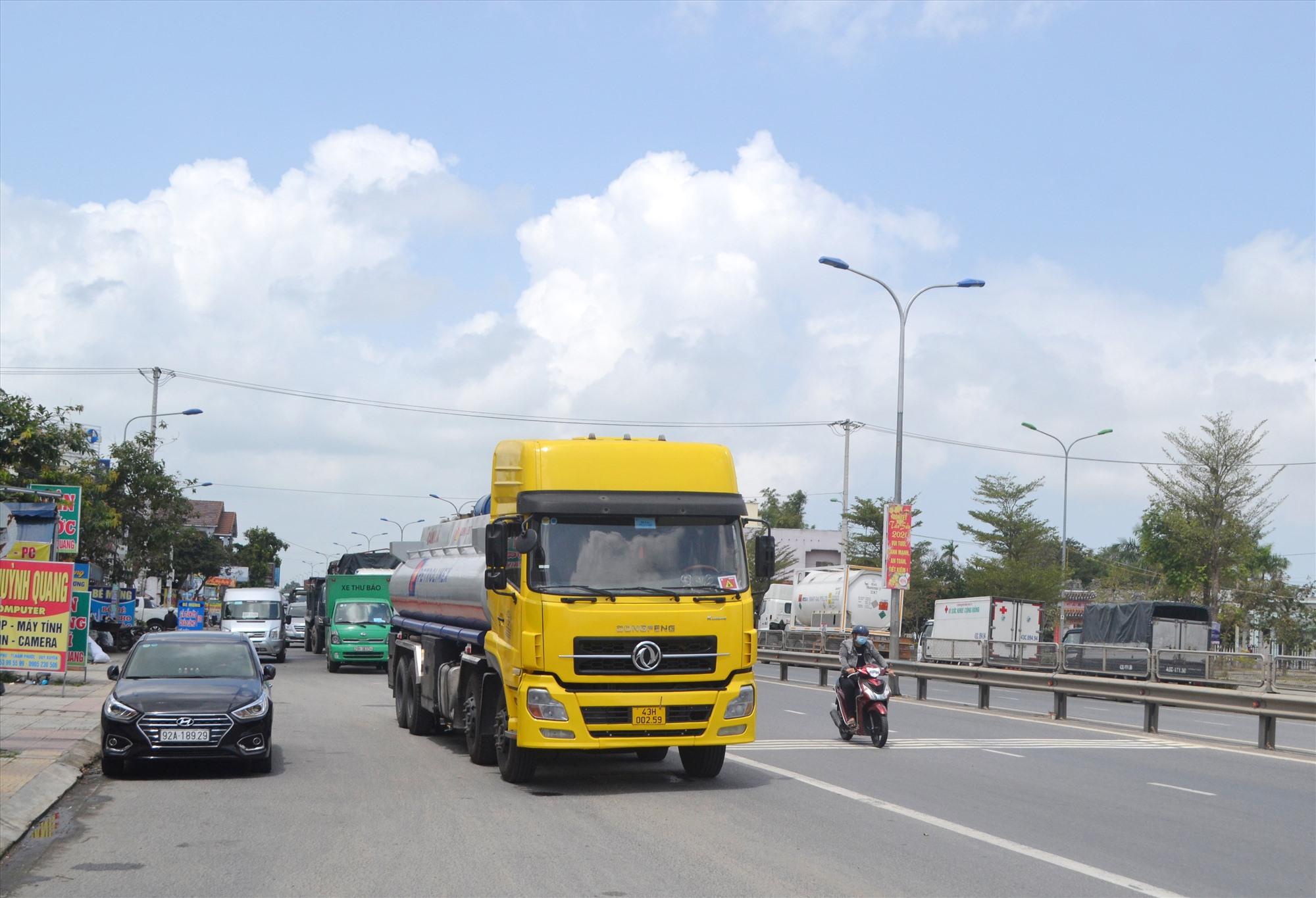 Xe ô tô đậu đỗ lấn chiếm lòng đường quốc lộ 1, đoạn qua thị trấn Nam Phước (Duy Xuyên). Ảnh: T.C.T