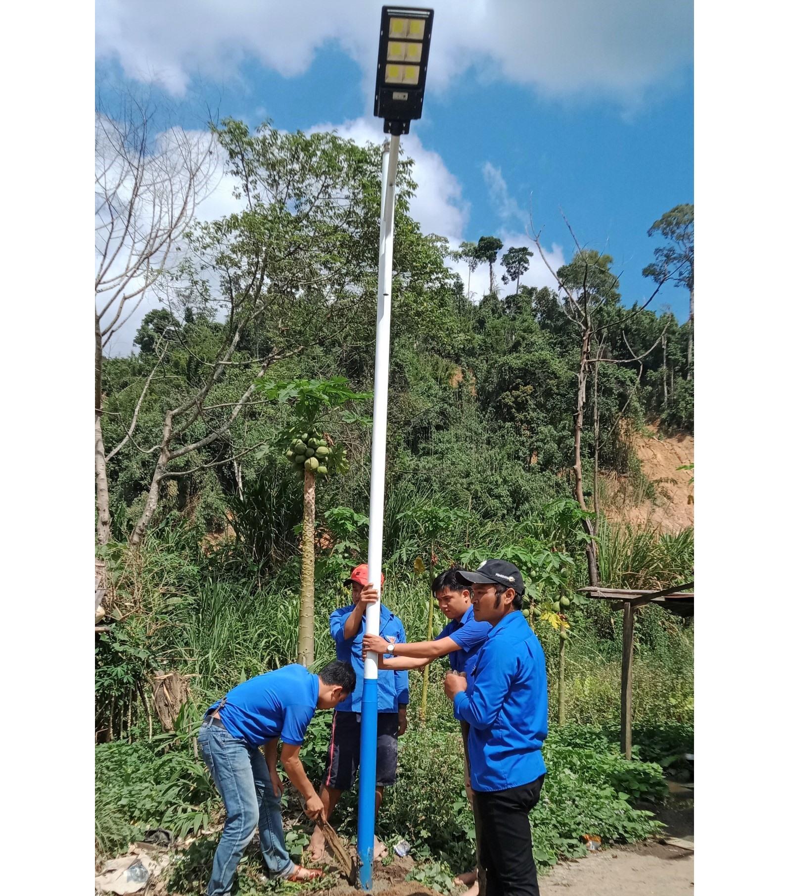 Các trụ đèn chiếu sáng bằng năng lượng mặt trời được dựng lên tại cụm dân cư Pêtapooc. Ảnh: THẾ ANH