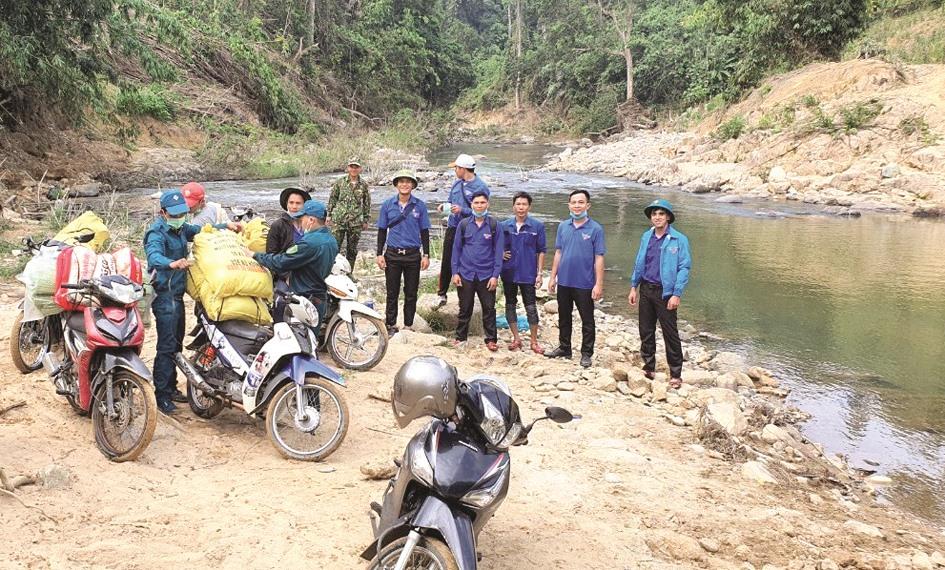 Đoàn tình nguyện thở phào khi vừa đưa hàng, phương tiện qua suối.