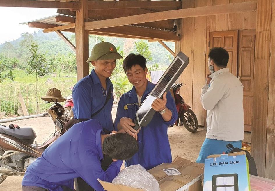 Lắp đặt bóng đèn năng lượng mặt trời tặng người dân Pêtapooc.
